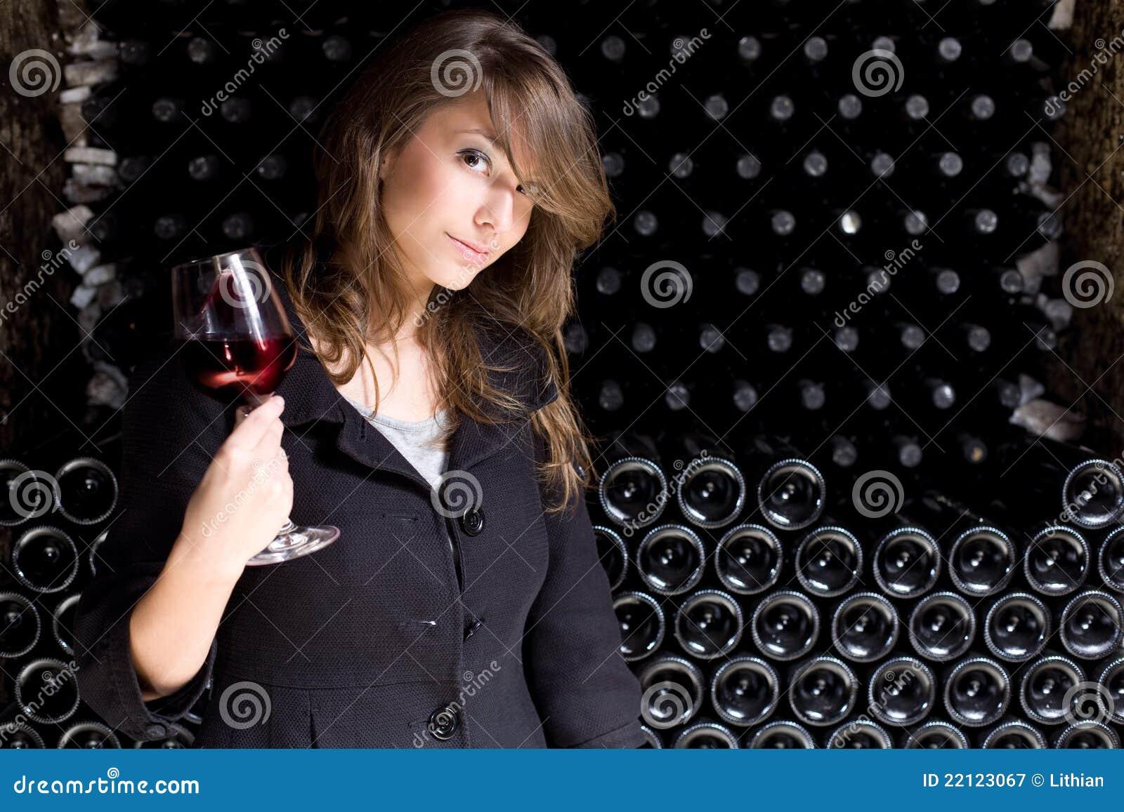 Beau vin d échantillon de jeune femme.
