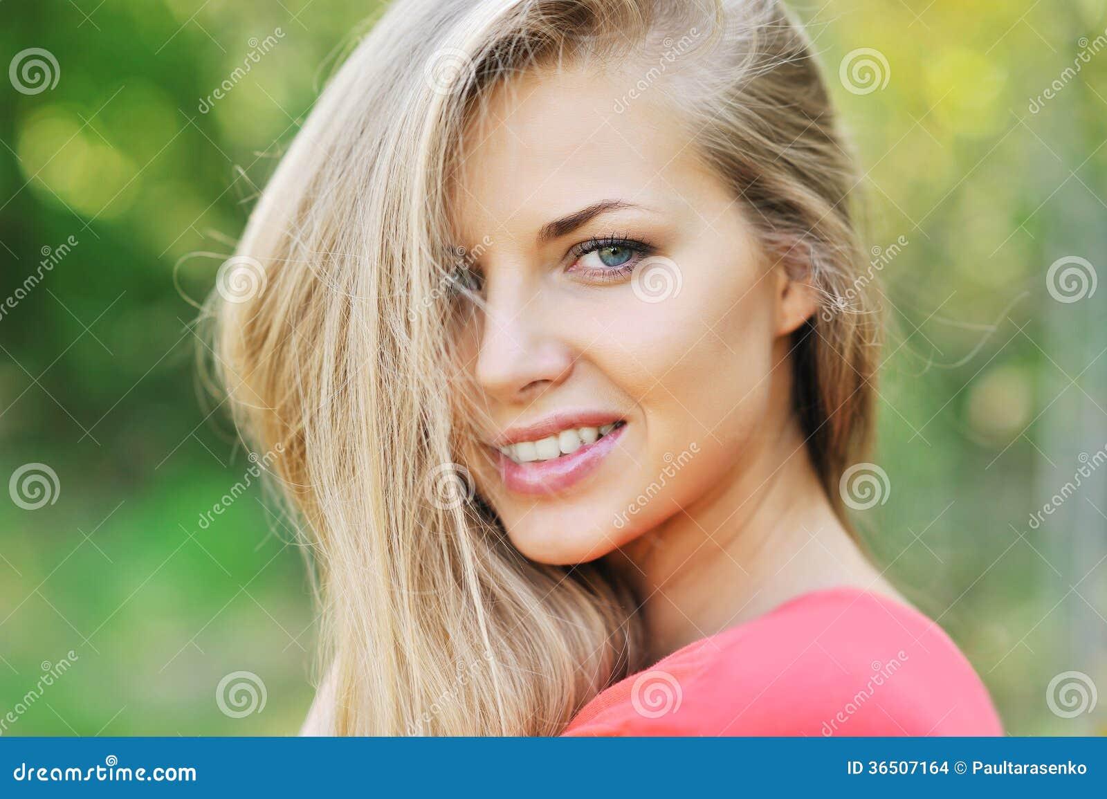 Beau visage de femme - extérieur