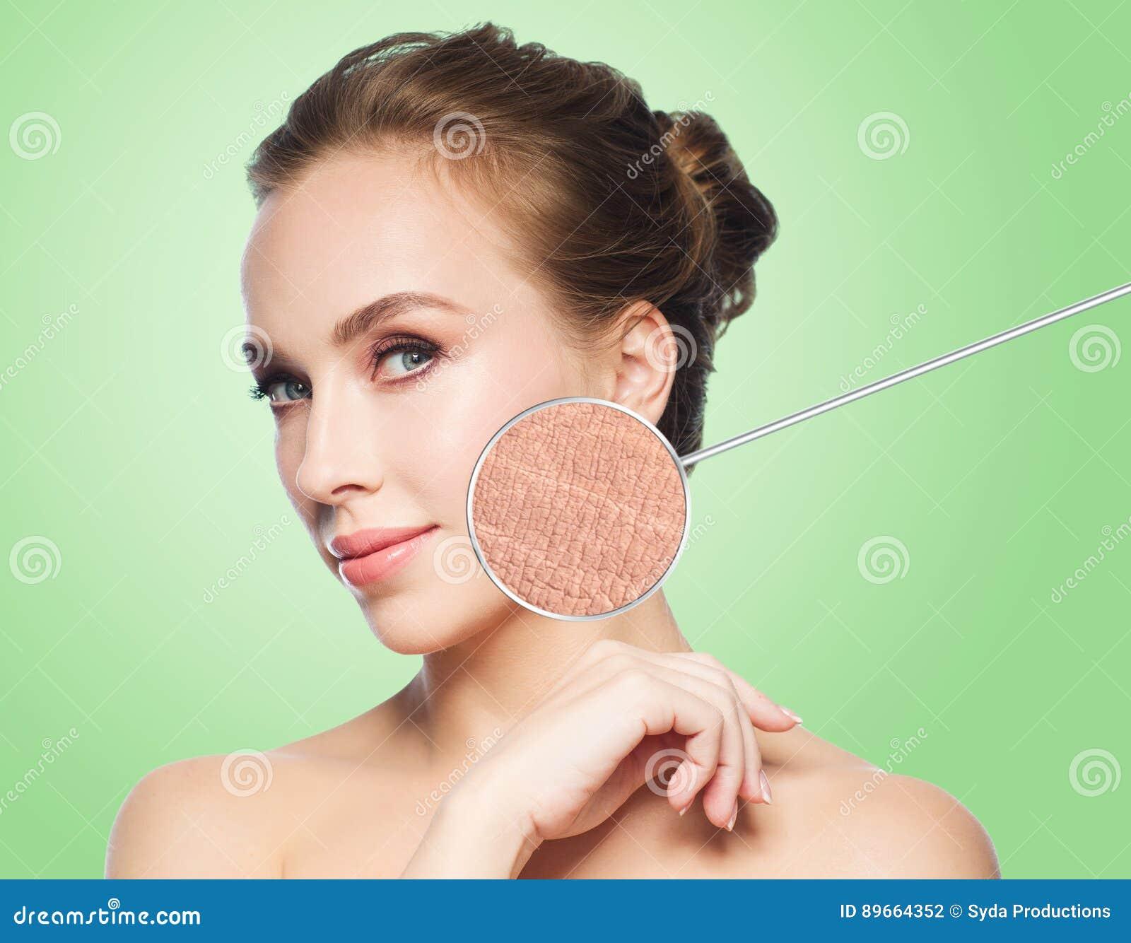 Beau visage de jeune femme avec l échantillon de peau sèche