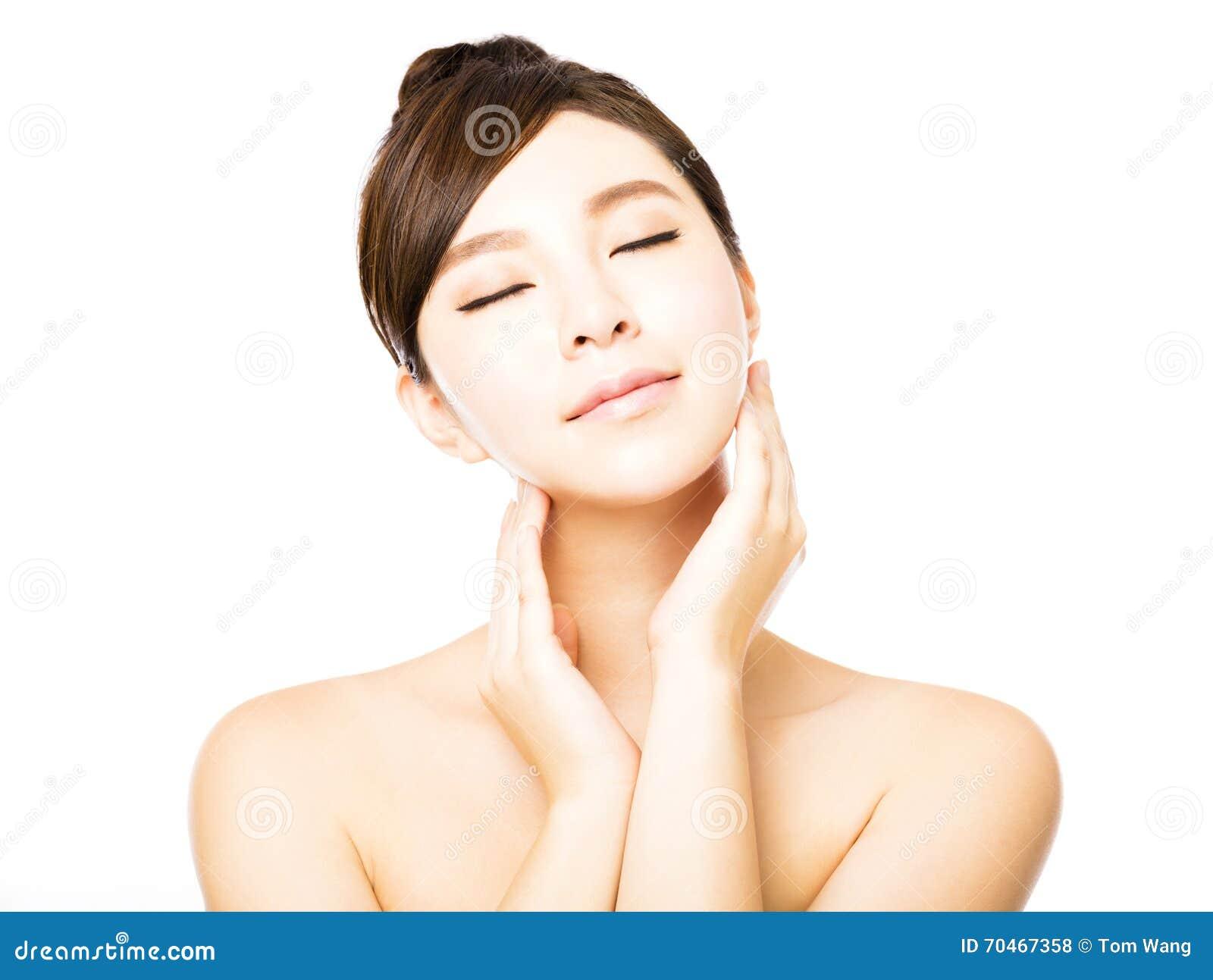 Beau visage de jeune femme avec la peau fraîche propre