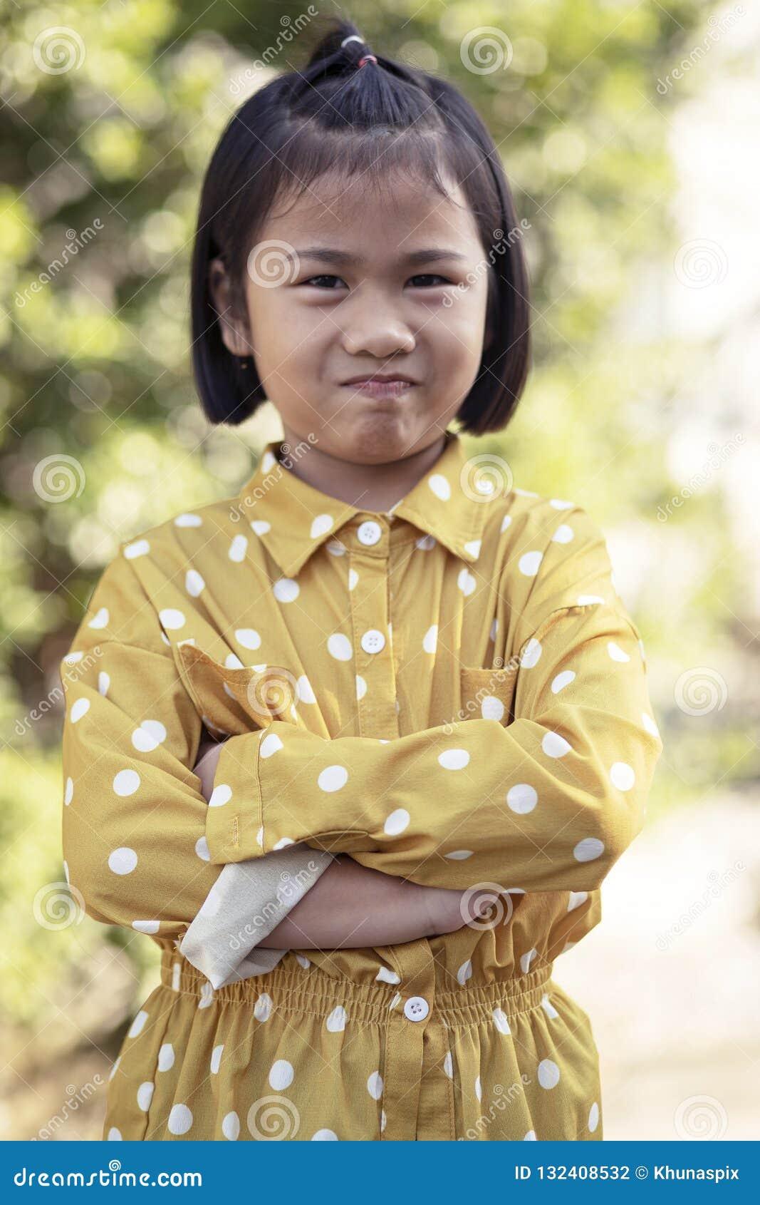 Beau visage des enfants asiatiques badinant l émotion de bonheur de visage