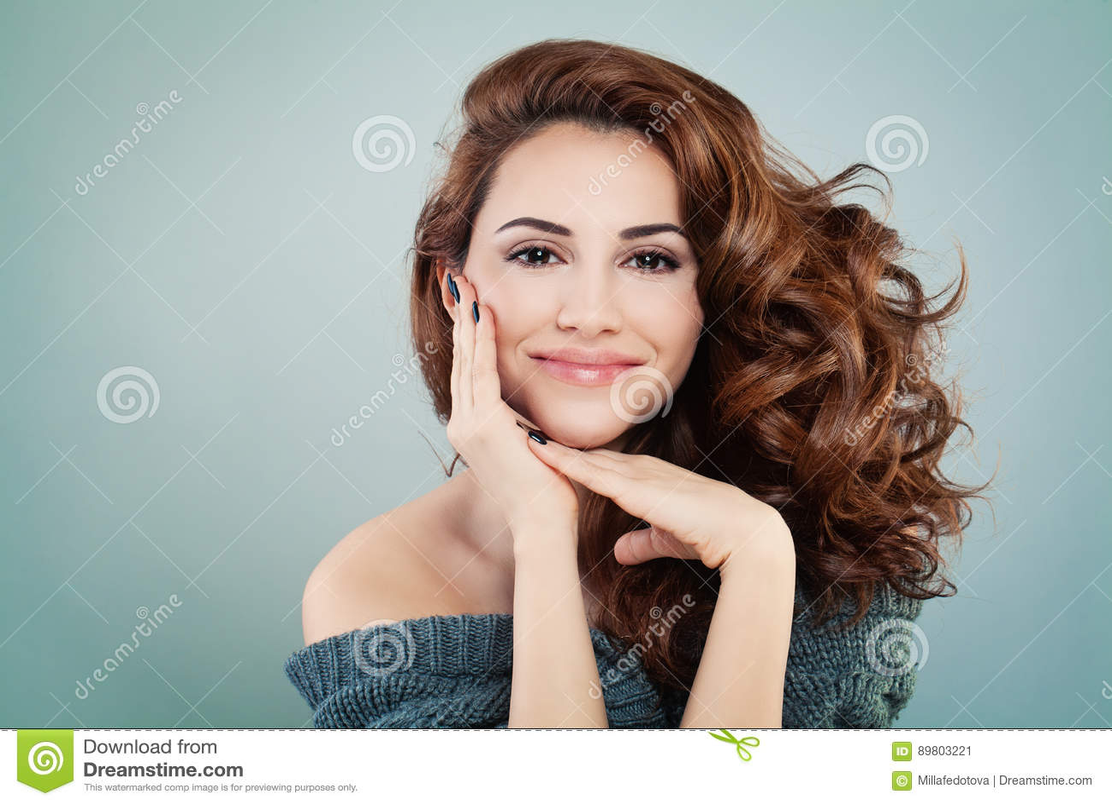 Beau Woman modèle de sourire avec la coiffure onduleuse