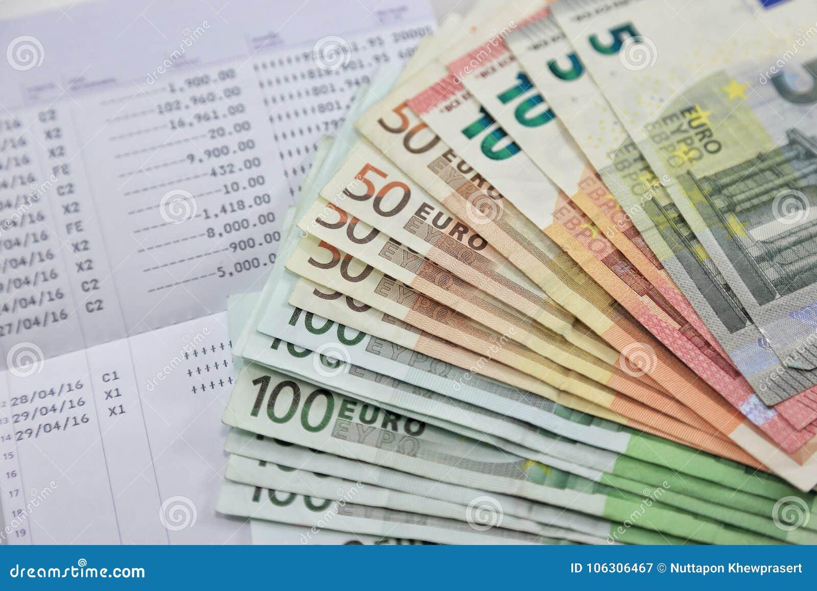Beaucoup d euro billets de banque et carnet de compte bancaire montrent beaucoup de transactions concept et idée d argent d écono