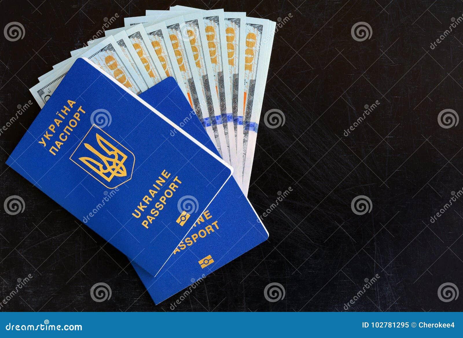 Beaucoup de cent dollars et deux passeports bleus ukrainiens Passeport étranger d Ukrainien Corruption en Ukraine
