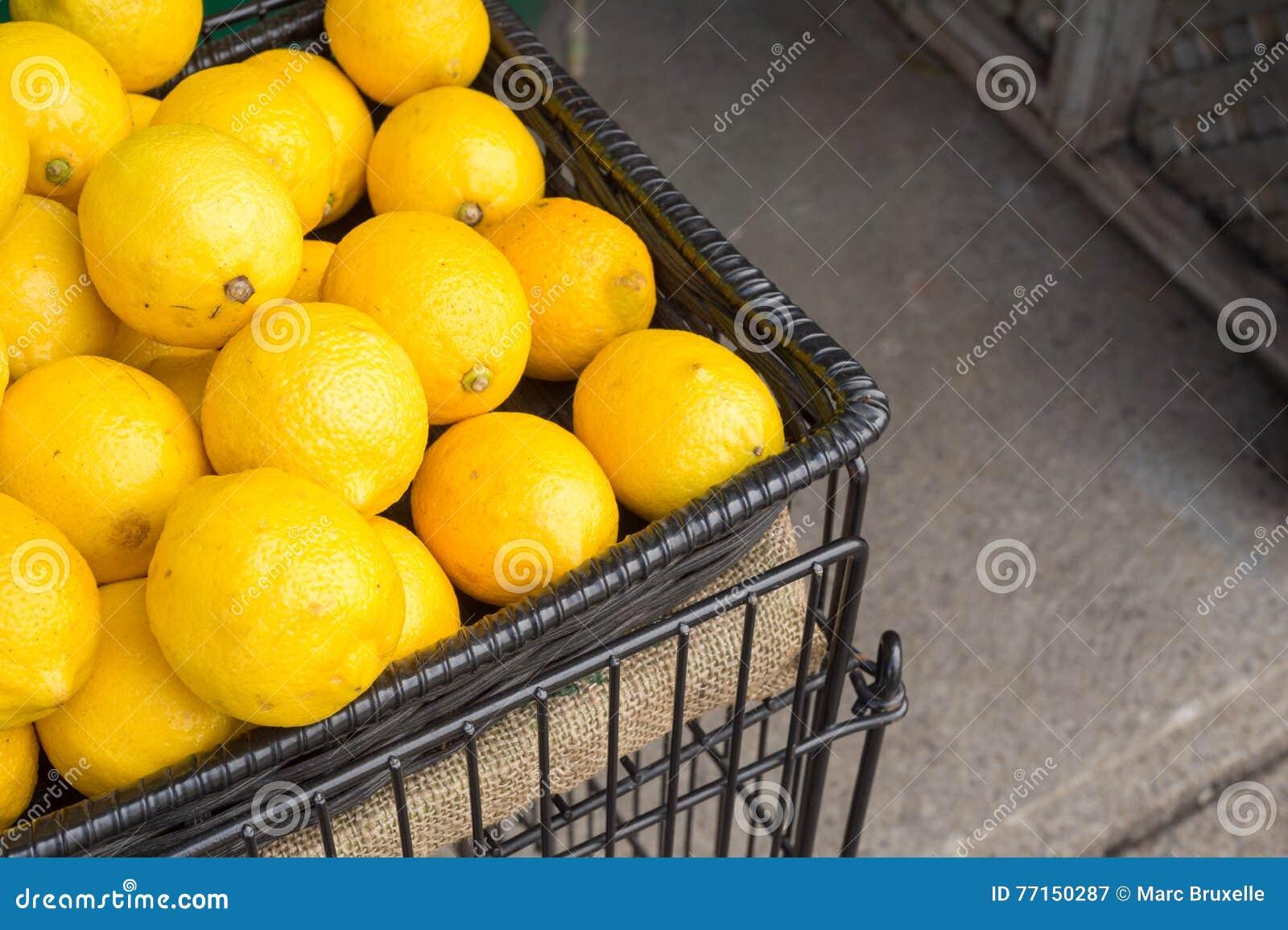Beaucoup de citrons dans un panier