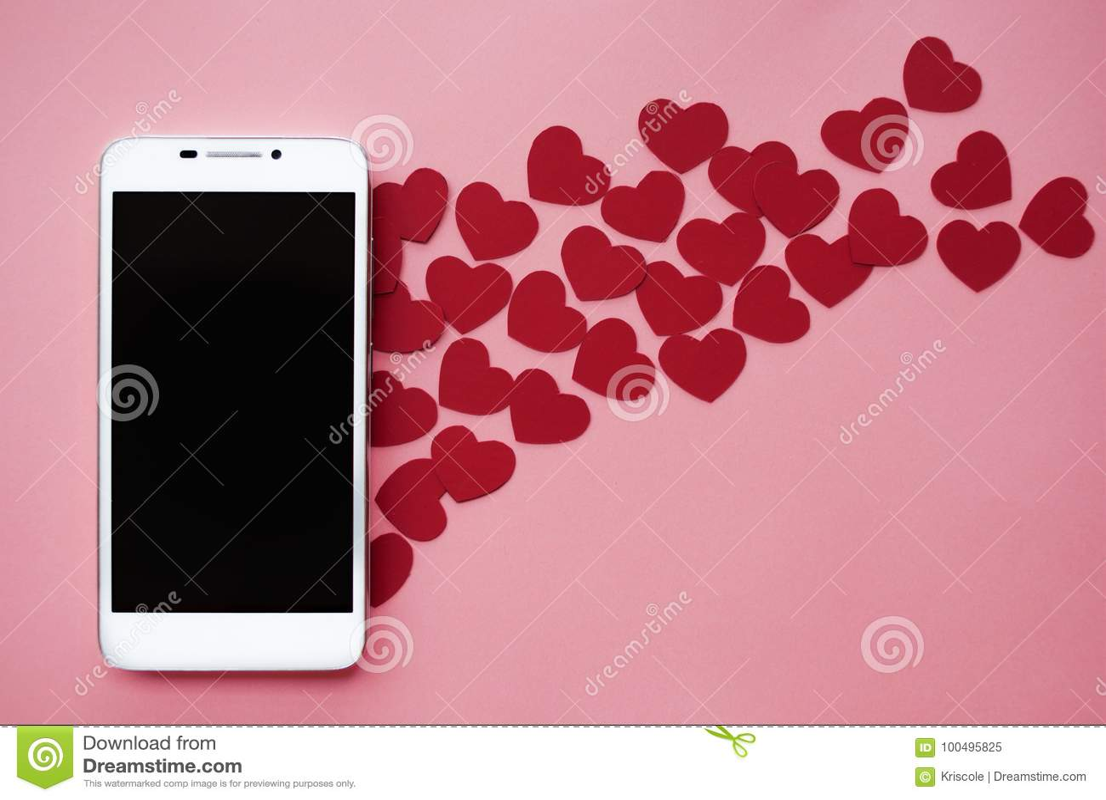 Beaucoup de coeurs et smartphone Concept à aimer dans les réseaux ou l APP sociaux de dater Fond rose