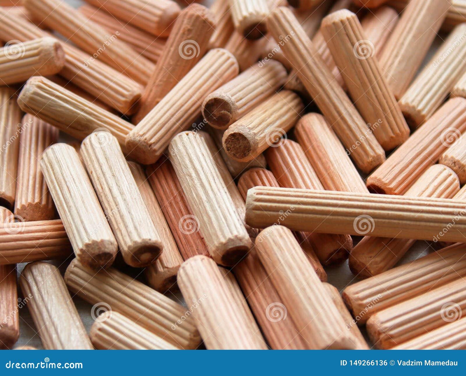 Beaucoup de doigts en bois donnent au fond une consistance rugueuse