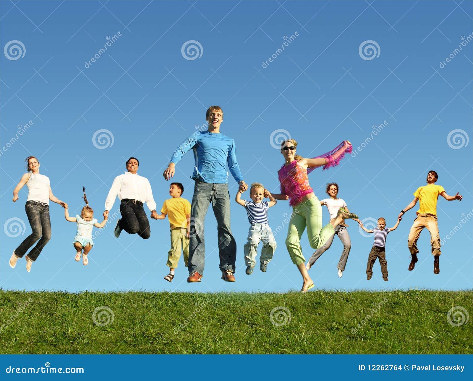 Beaucoup de familles branchants sur l herbe, collage
