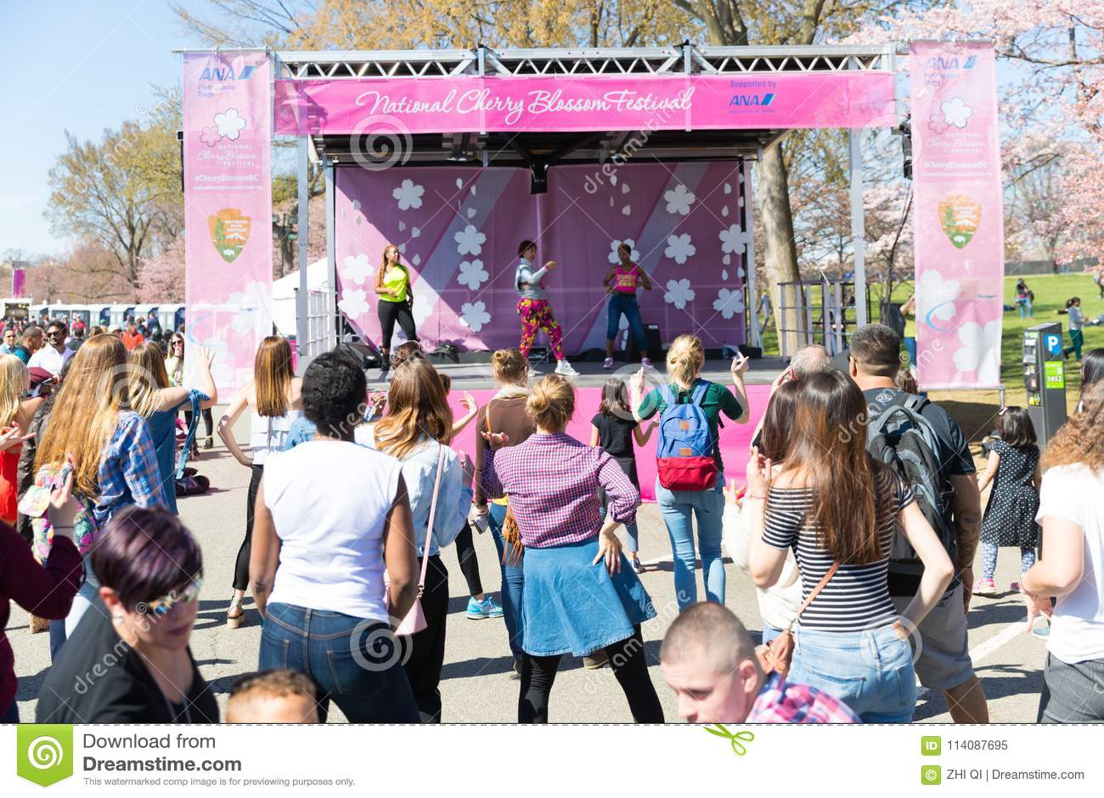 Beaucoup de femmes dansent sur des festivals