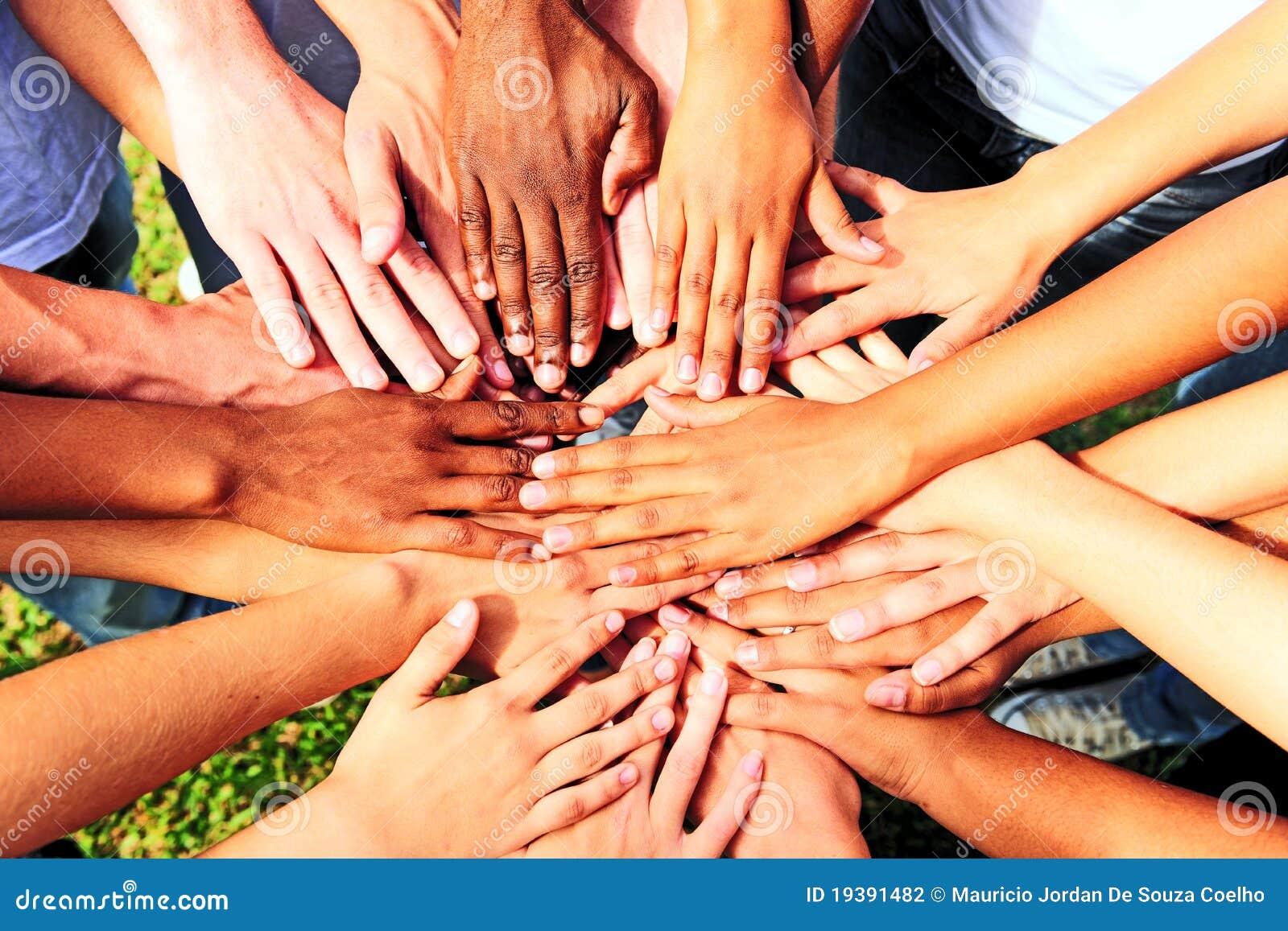Beaucoup de mains ensemble : groupe de personnes mains de jointure