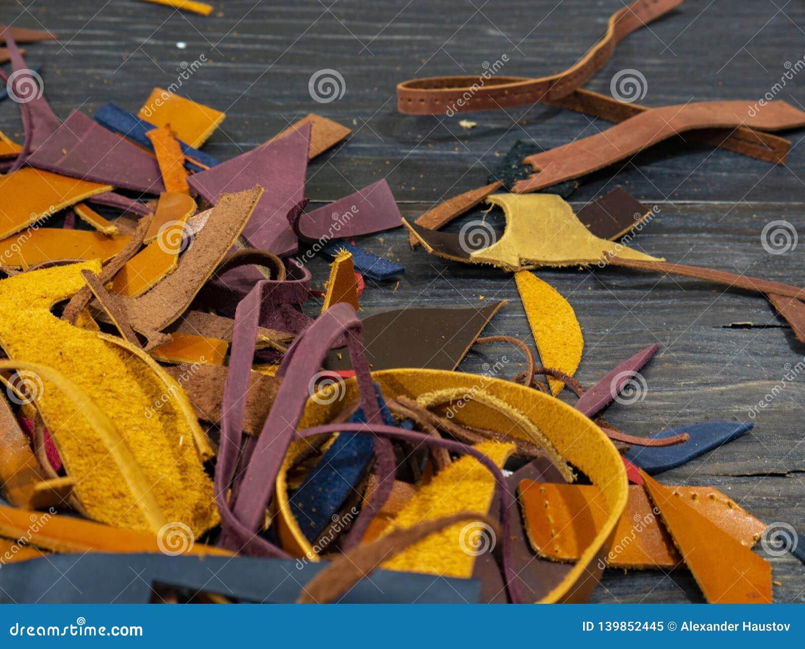 Beaucoup de morceaux de cuir coloré