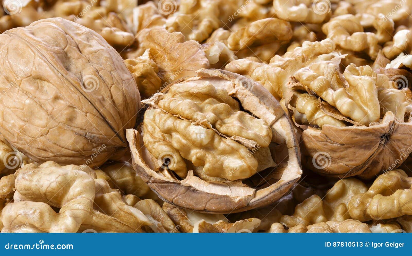 Beaucoup de noix écossées et macro de dans-SHELL