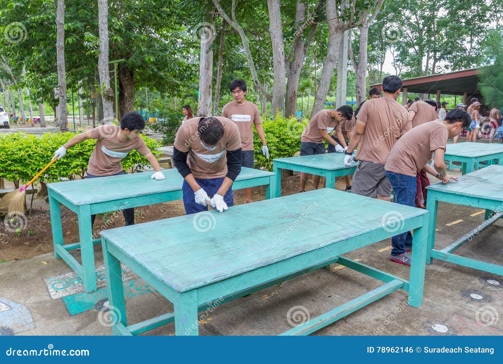 Beaucoup De Personnes Tables En Bois Et Chaises Nettoyage Dur Ridiculement Avant La
