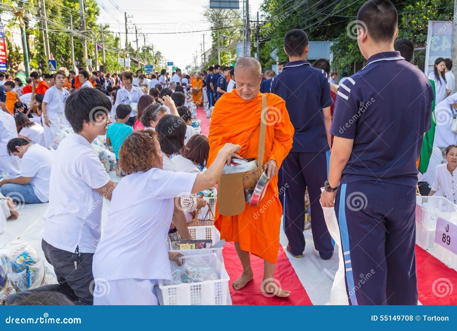 Beaucoup de personnes donnent la nourriture et boivent pour l aumône à 1.536 moines bouddhistes dans le jour de bucha de visakha