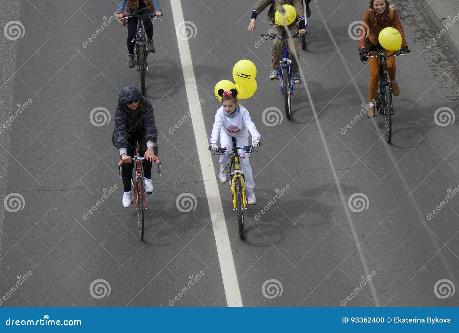 Beaucoup de personnes montent des bicyclettes au centre de la ville de Moscou