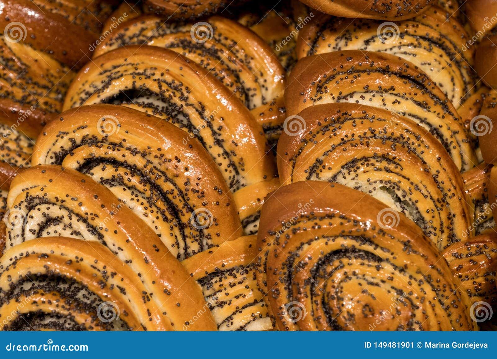 Beaucoup de petits pains, d?bardeurs avec le mensonge un de clous de girofle sur des autres, p?tisseries fra?ches de petit pain d