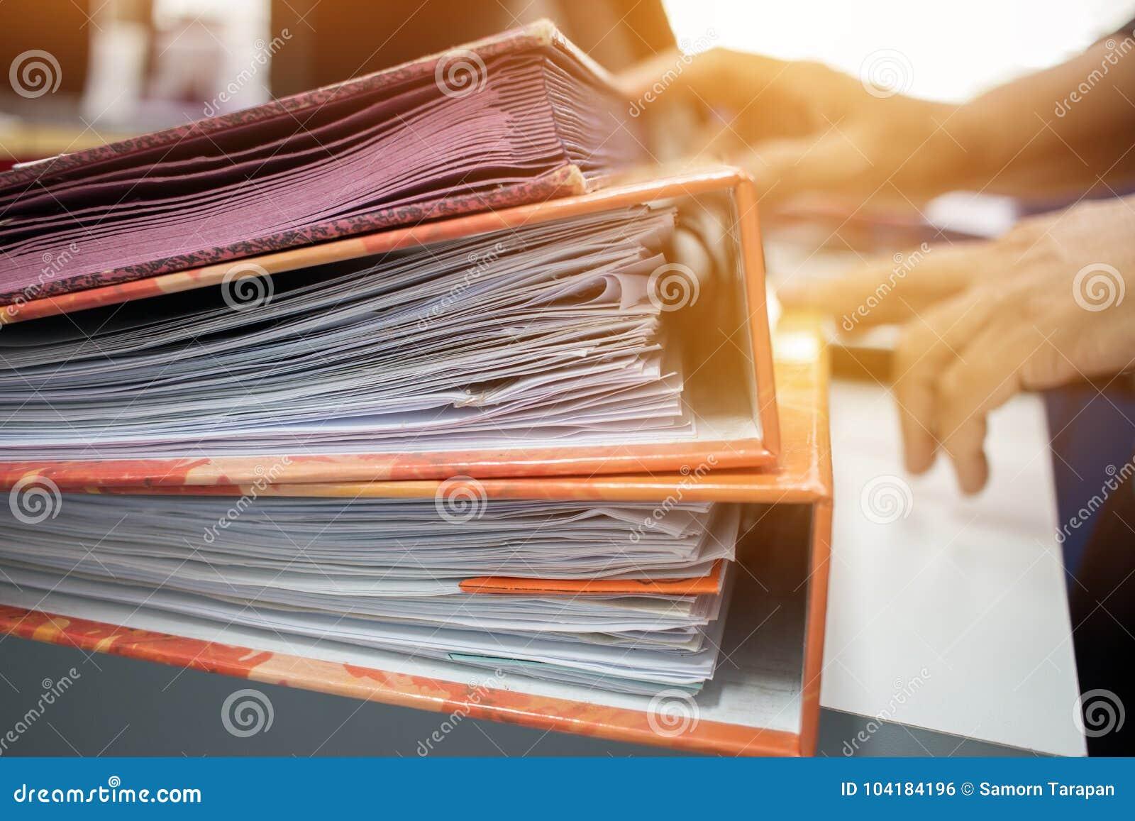 beaucoup de piles de dossiers de document dans le bureau