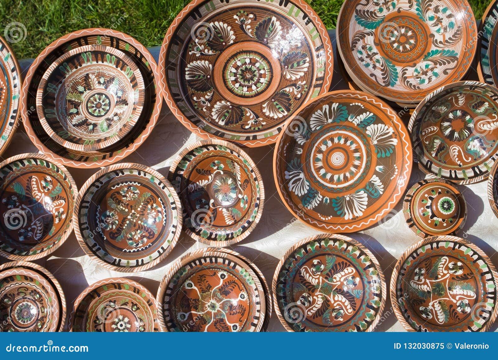 Beaucoup de plats en céramique faits main et peints à la main d argile avec le modèle floral et abstrait