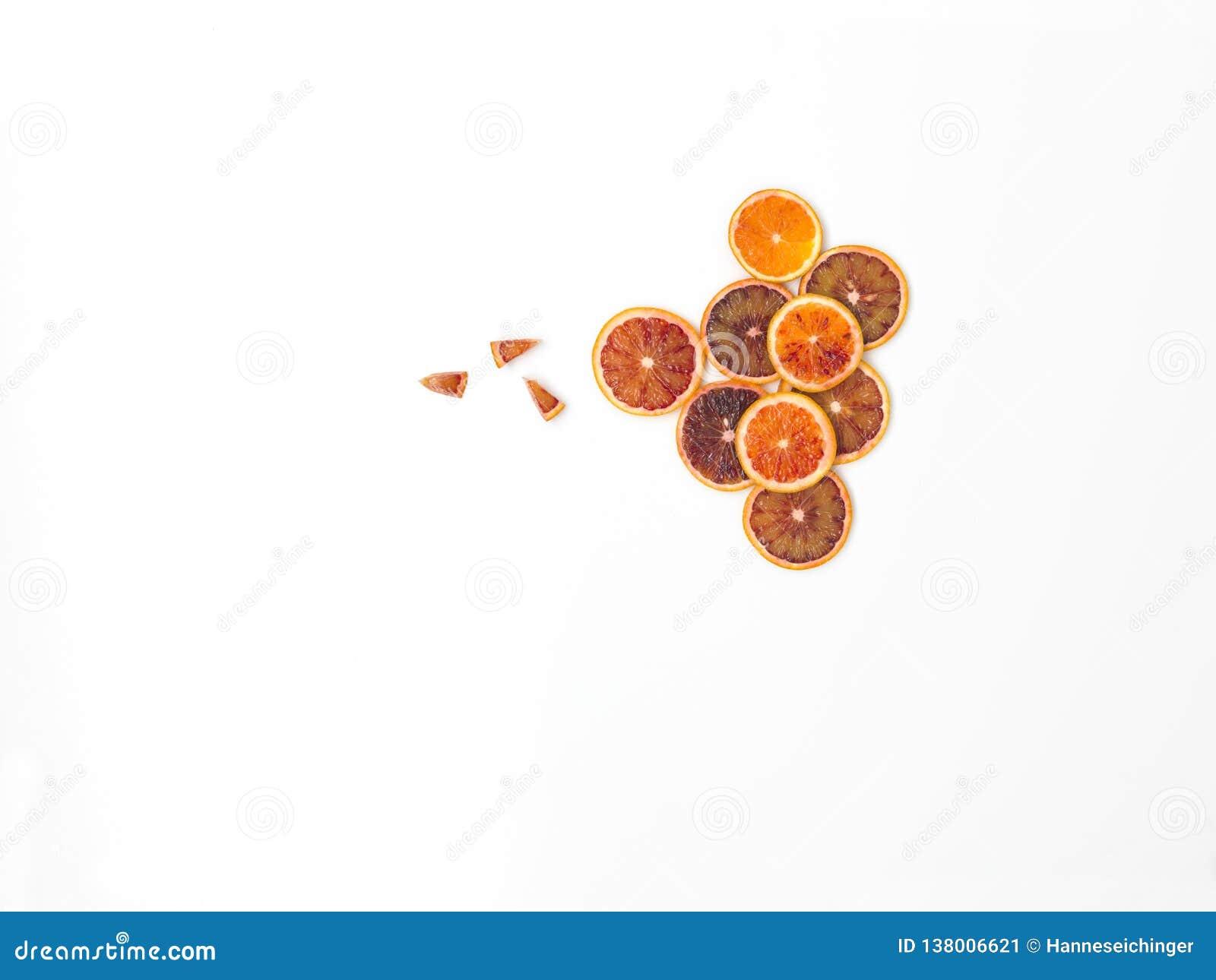 Beaucoup de tranches fraîches d oranges sanguines se trouvent admirablement disposé sur un fond blanc