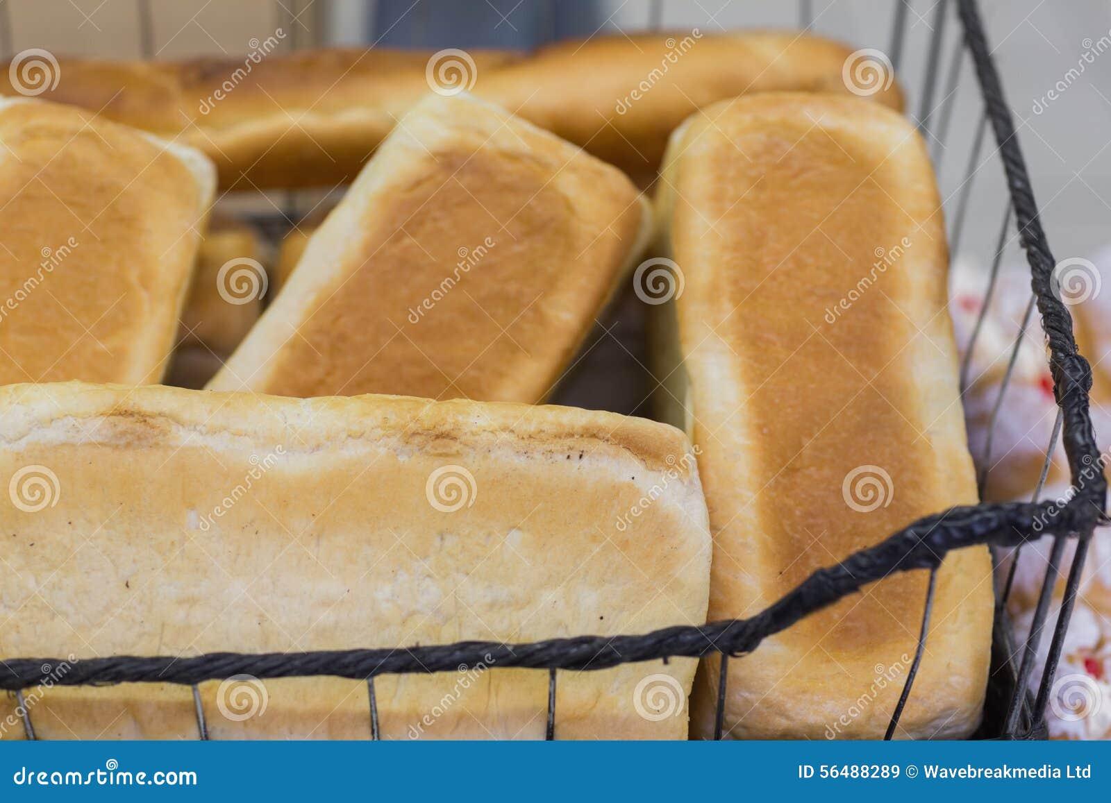 Beaucoup outre du pain dans un panier