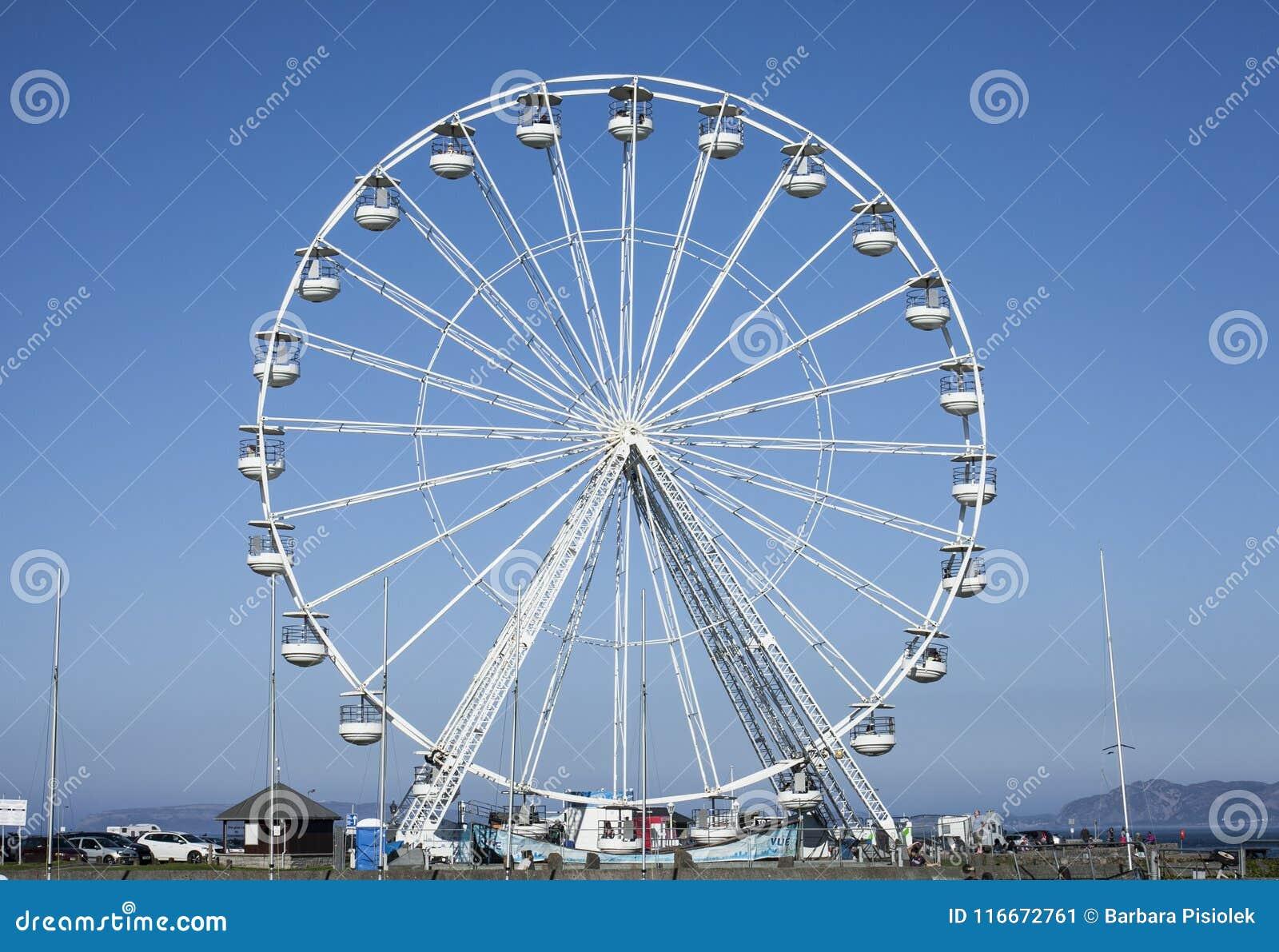 Beaumaris, Gales - a roda de Ferris e o céu azul
