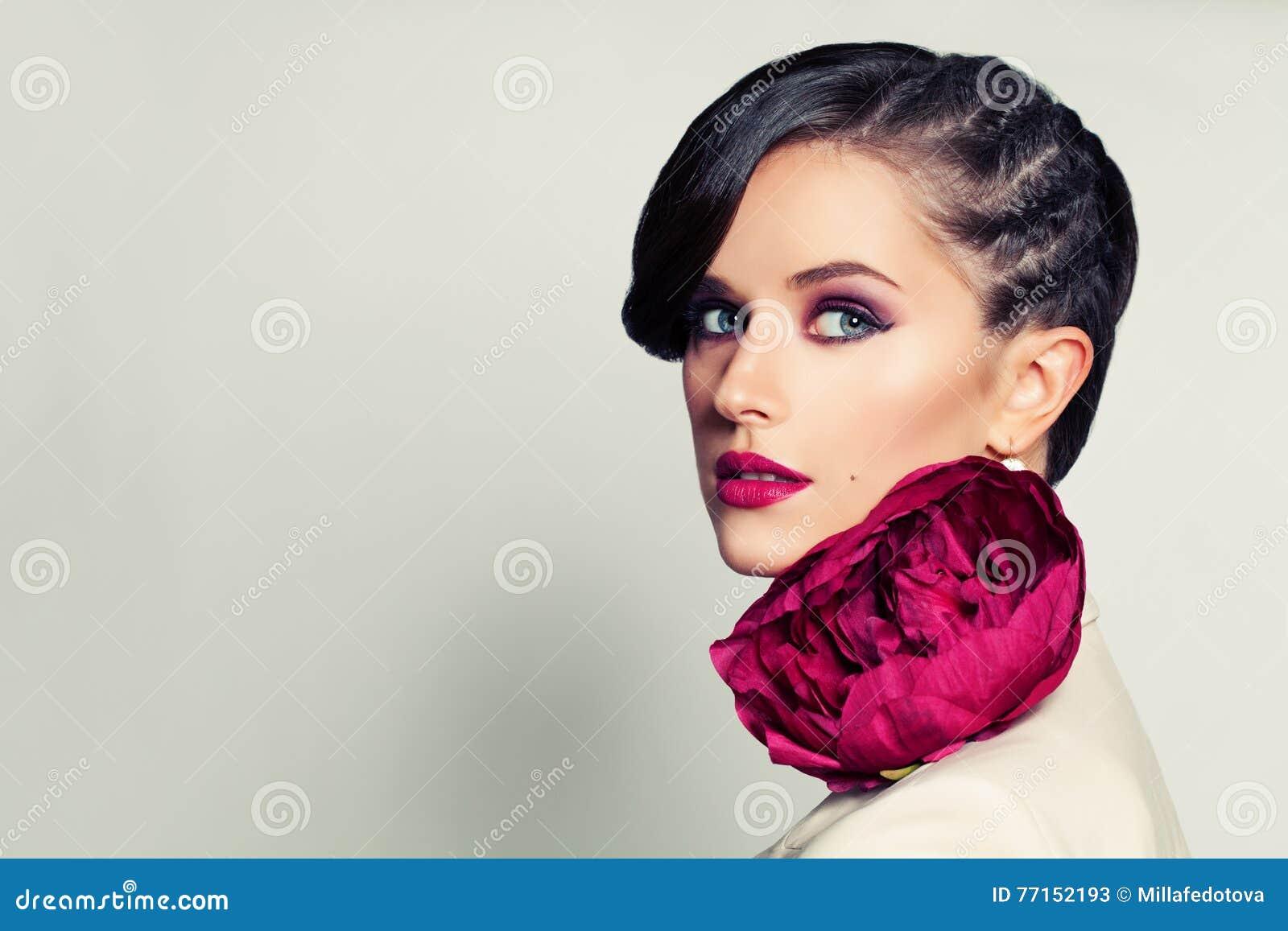 Beauté élégante Femme élégante avec la coiffure et le maquillage