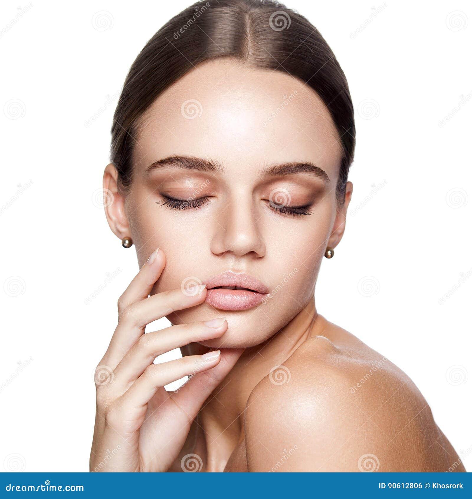 Beauté calme Portrait de belle jeune femme blonde avec le maquillage nu, les yeux bleus, la coiffure et le visage propre
