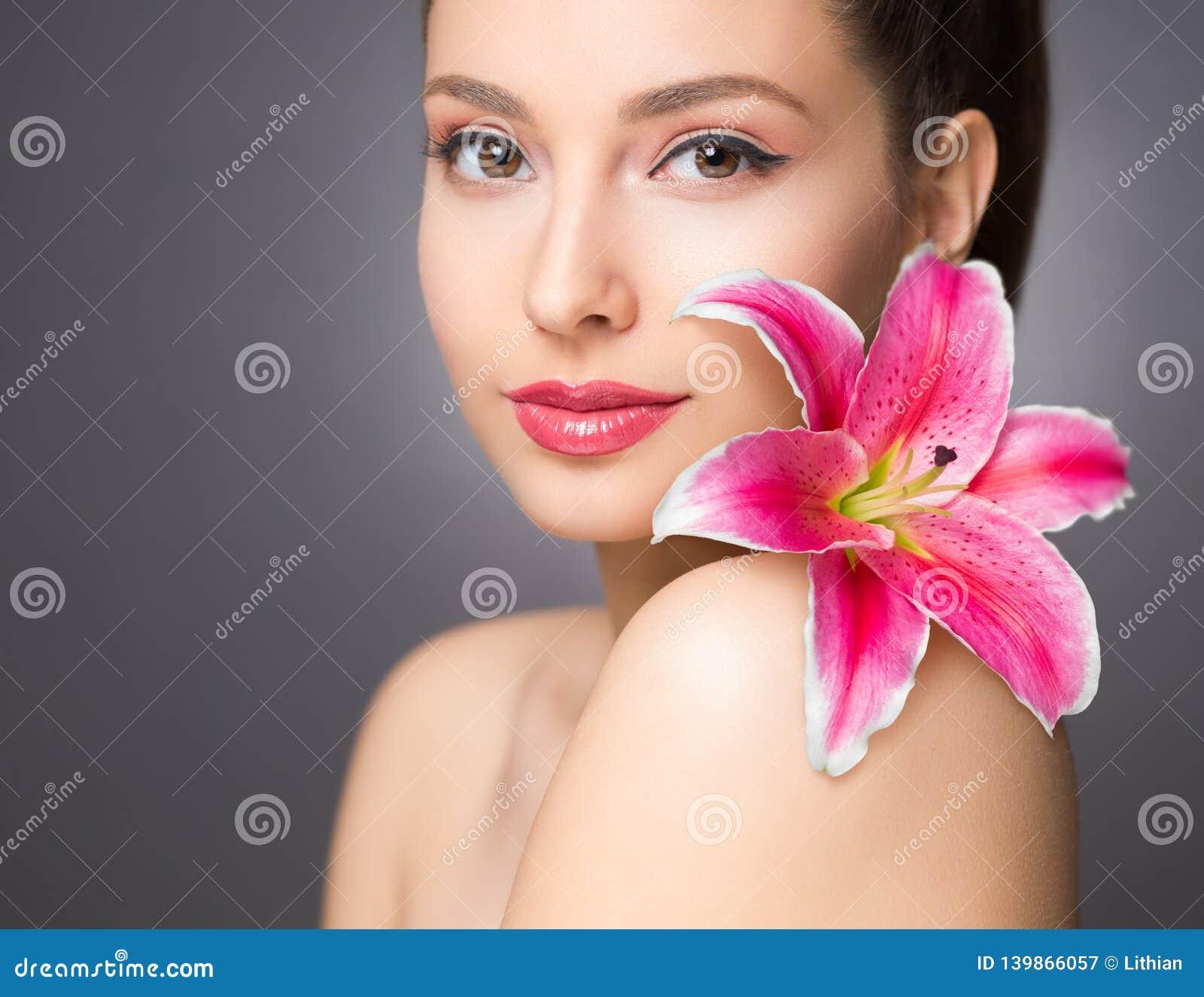 Beauté de brune avec la fleur colorée