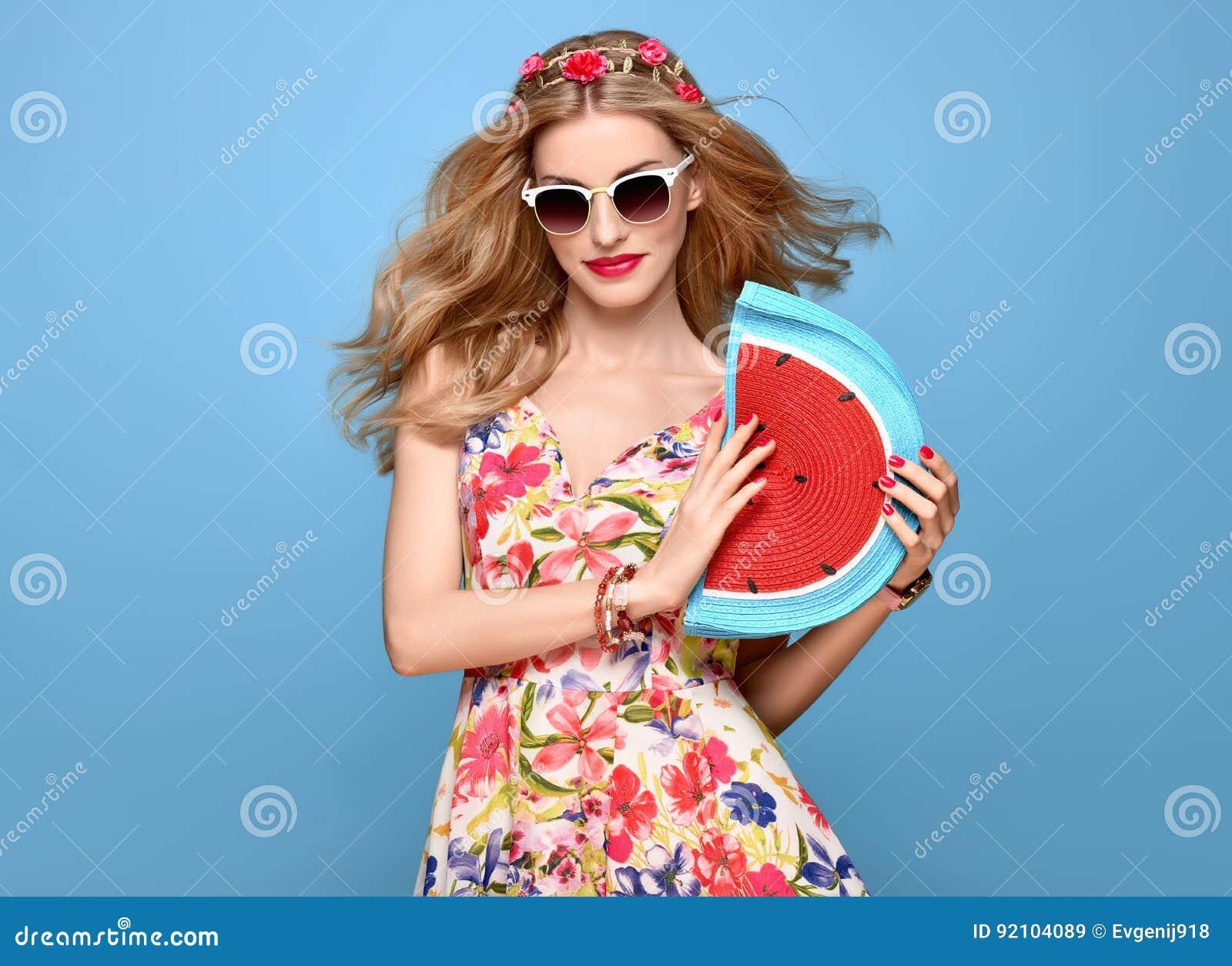 217cca7c0b6 Femme de beauté de mode dans l équipement d été Modèle blond sexy sensuel  dans le sourire de pose de mode Robe florale à la mode d été