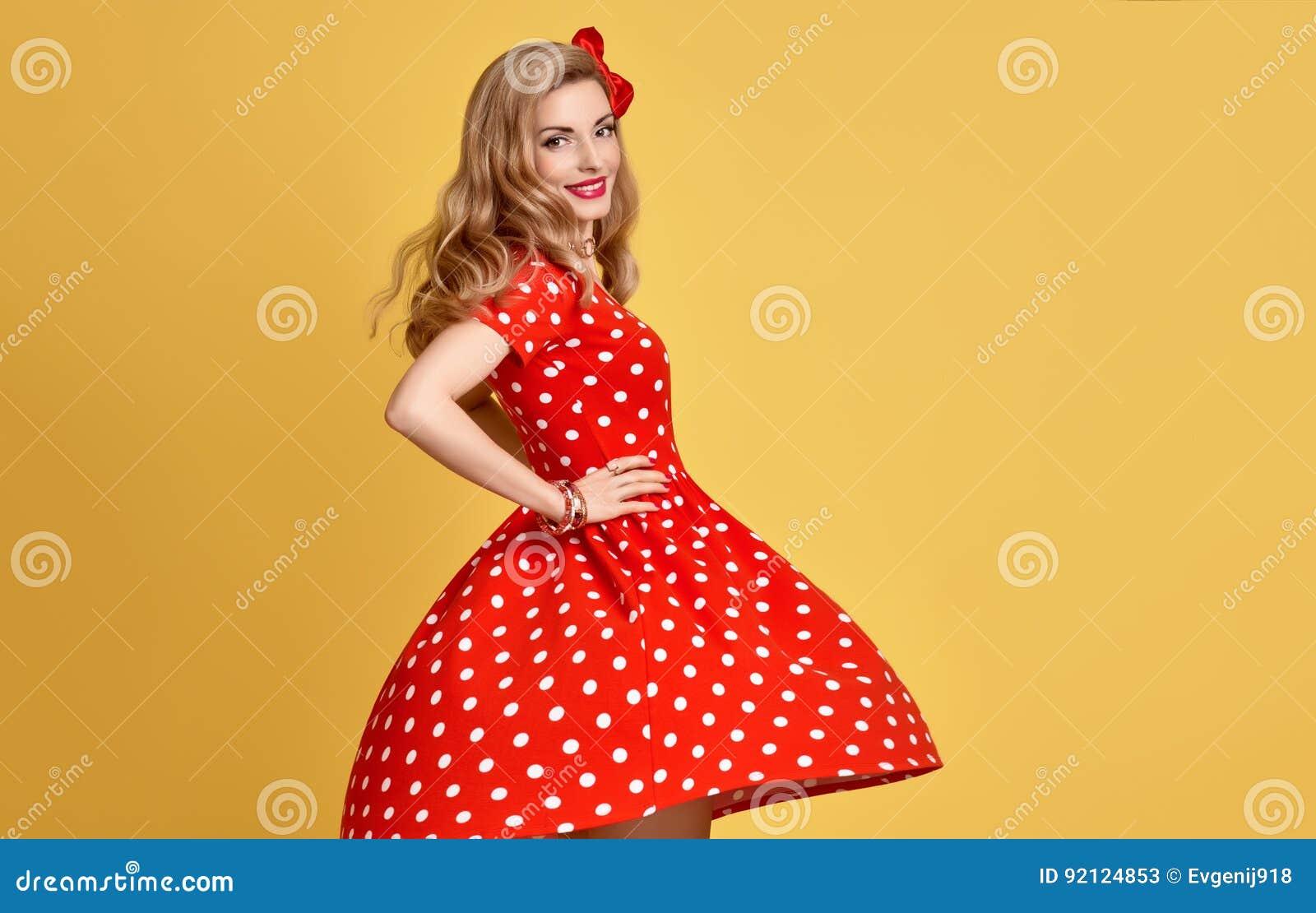 315b7e57511 Beauté de mode Fille blonde sensuelle de pin-up souriant dans la polka  rouge Dots Summer Dress Femme dans la pose de mode Coiffure bouclée  élégante à la ...