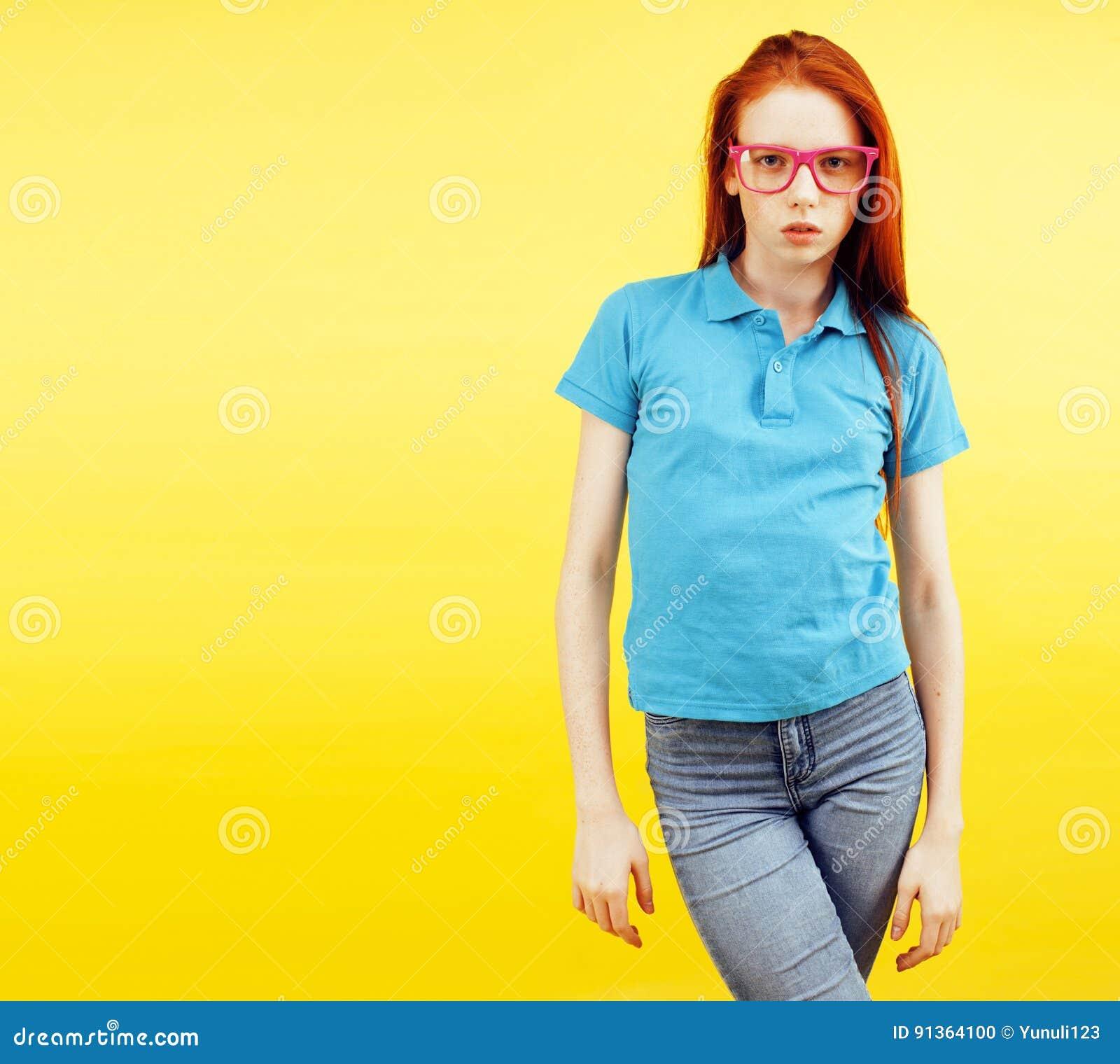 Beauté et soins de la peau portrait Haut-détaillé d adolescente rousse attirante avec le sourire avec du charme et les taches de