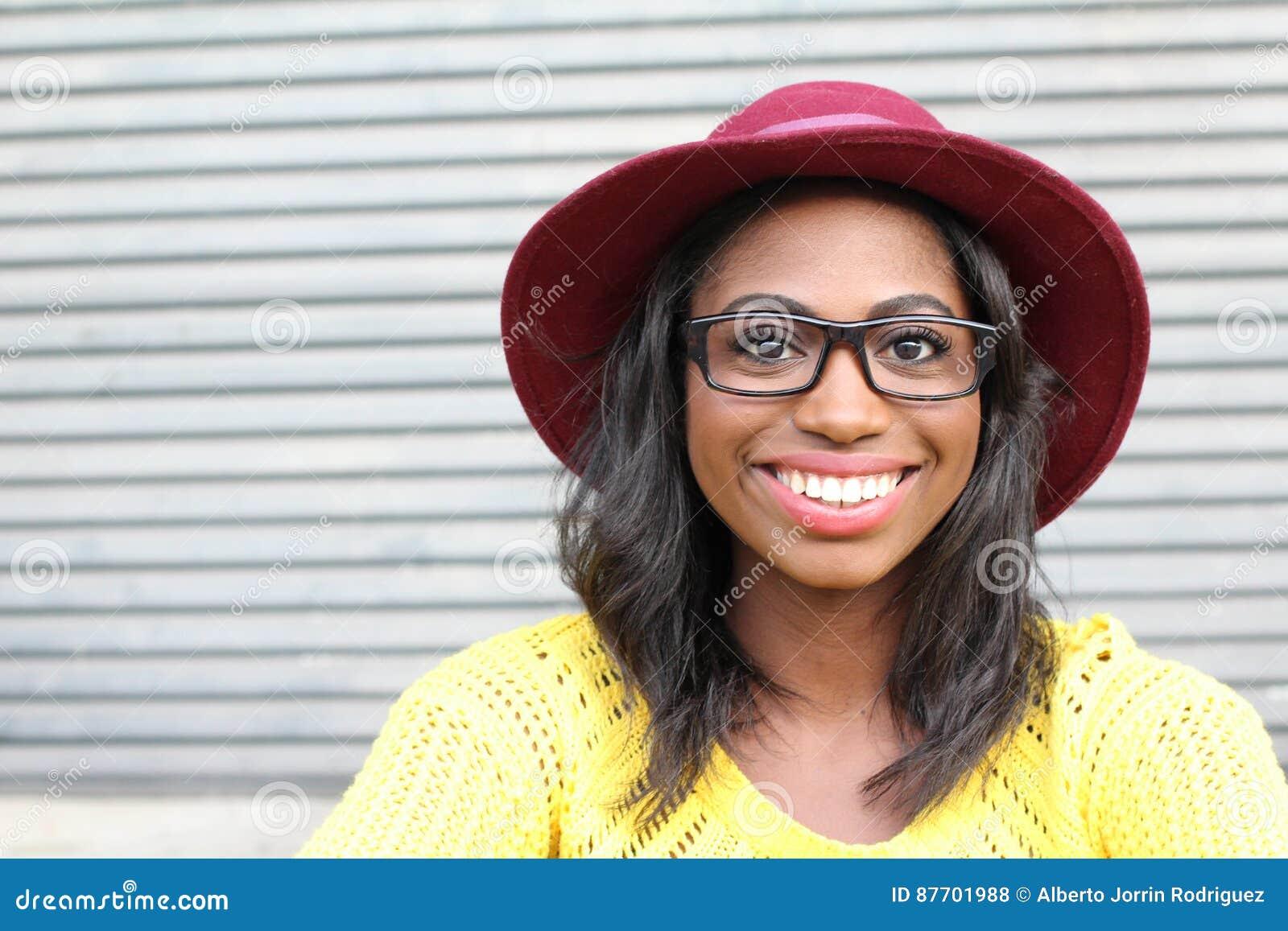 Beauté géniale de style Portrait de belle jeune femme africaine dans les verres et le sourire génial de chapeau