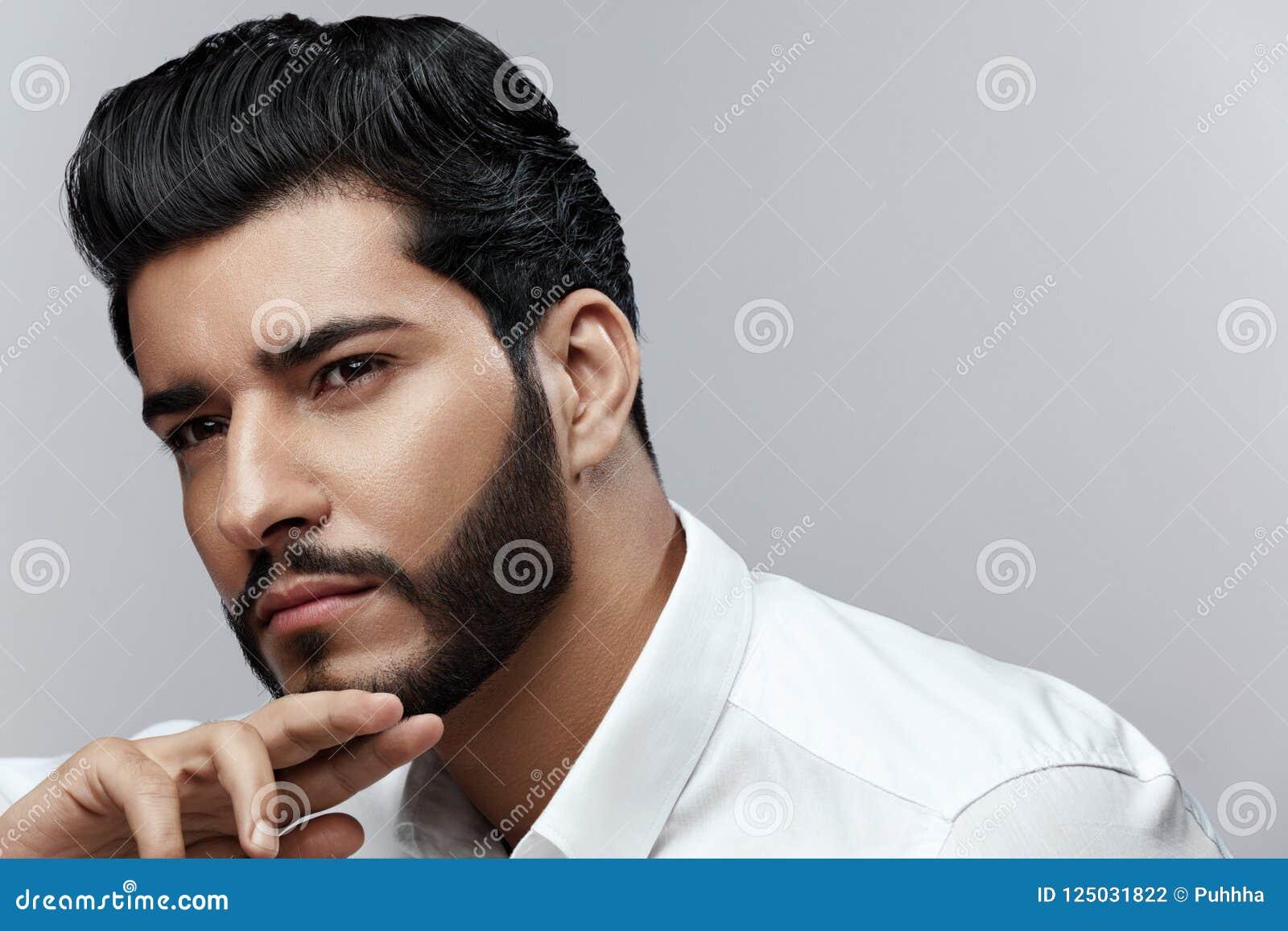 Beauté Homme avec la coiffure et le portrait de barbe Mâle beau