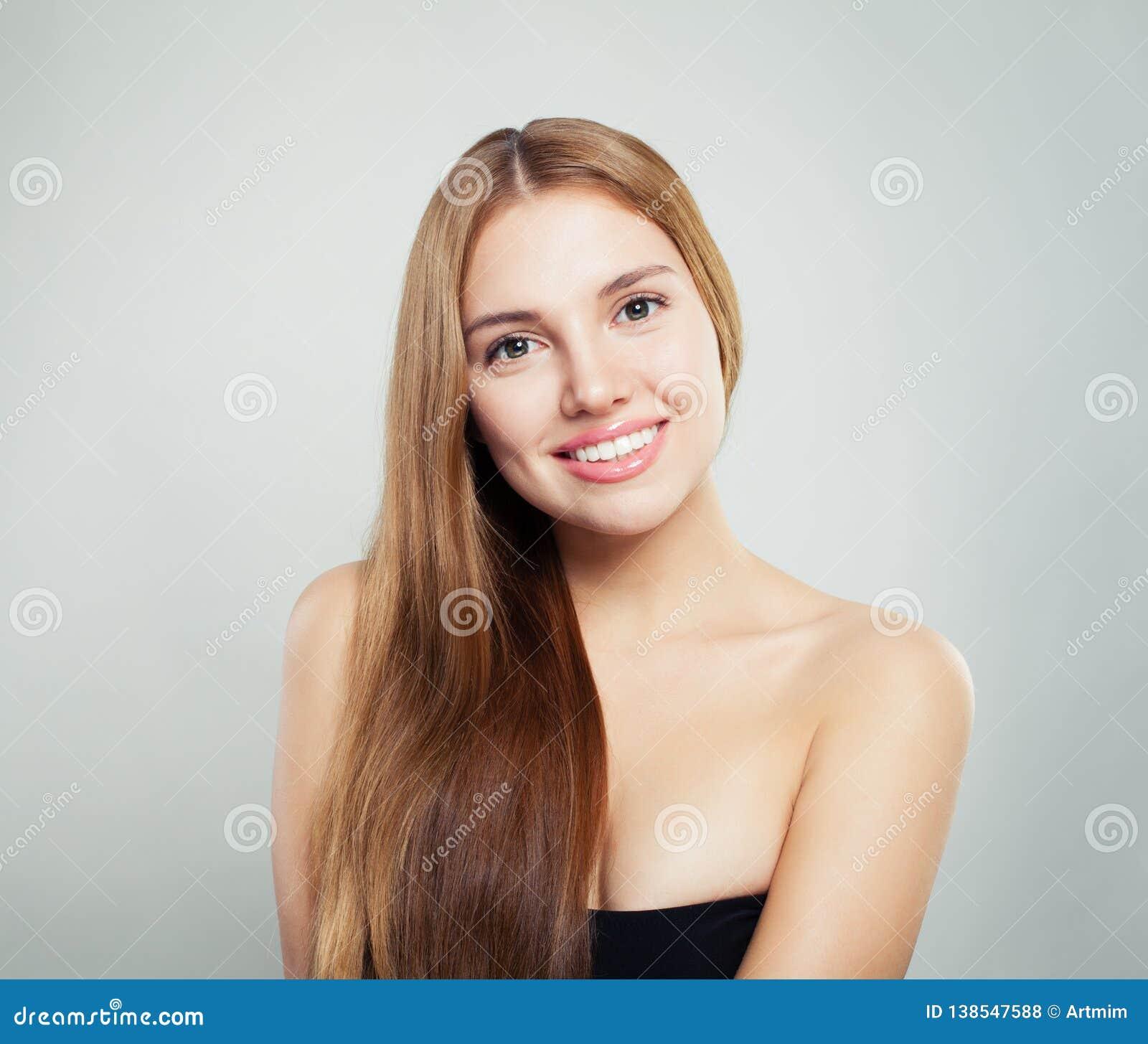 Beauté normale Jeune portrait femelle de visage Modèle avec les cheveux sains et la peau claire sur le fond blanc