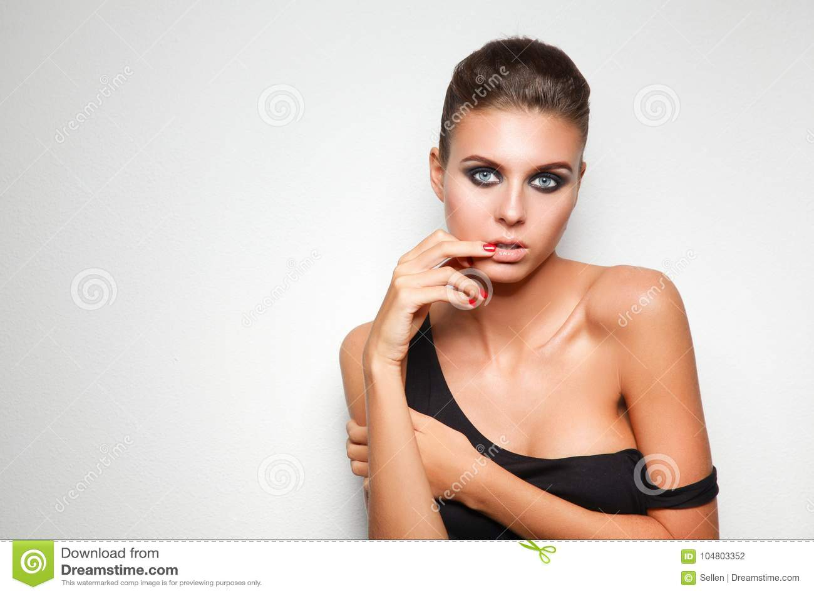 Beauté Verticale d une jeune femme sur le fond blanc