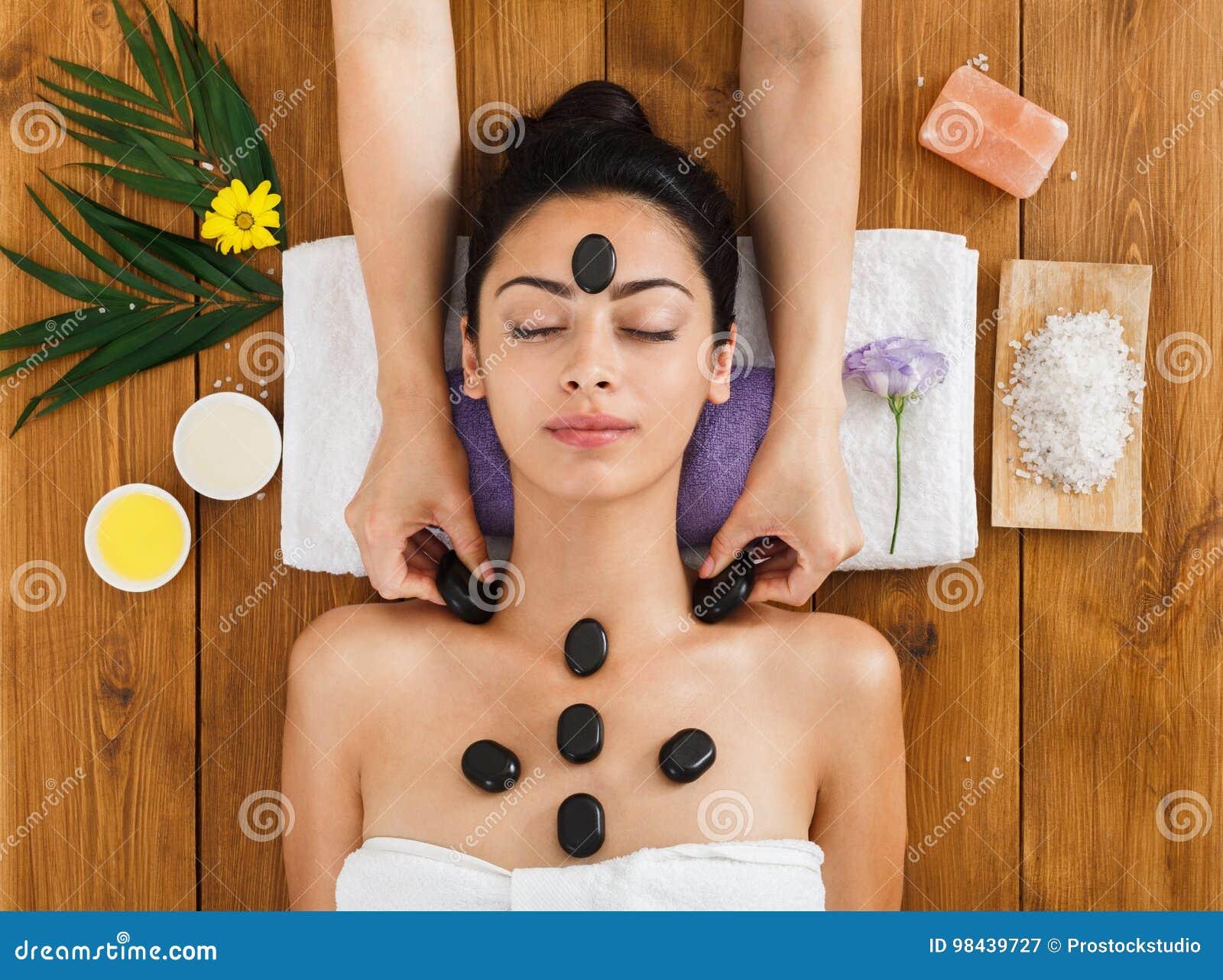 Девушка делает массаж сверху спа эротический массаж салон москва