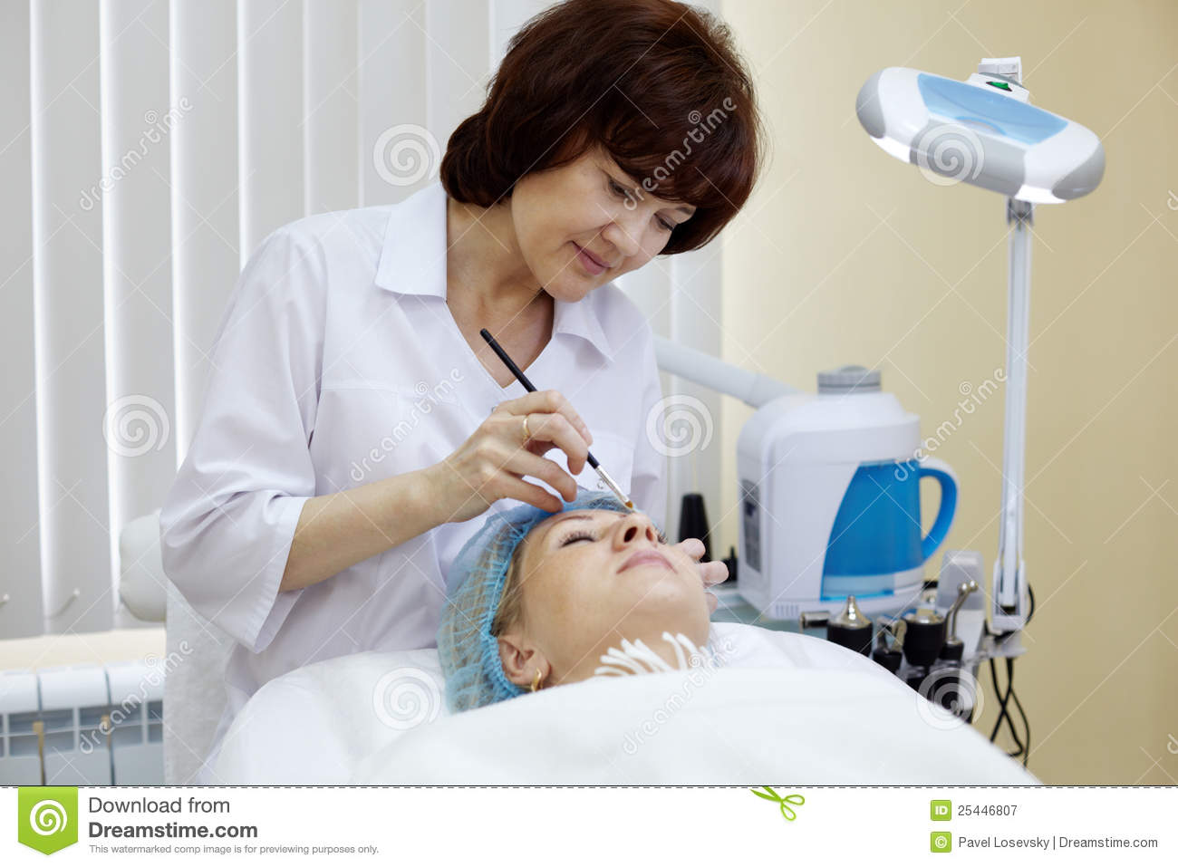Royalty Free Stock Photography: Beautician in beauty salon makes