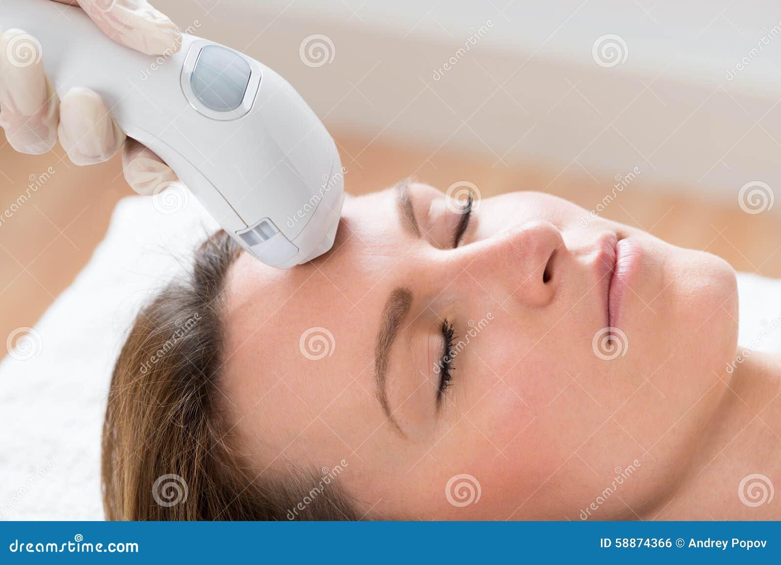 Beautician Daje Laserowemu epilaci traktowaniu kobiety twarz