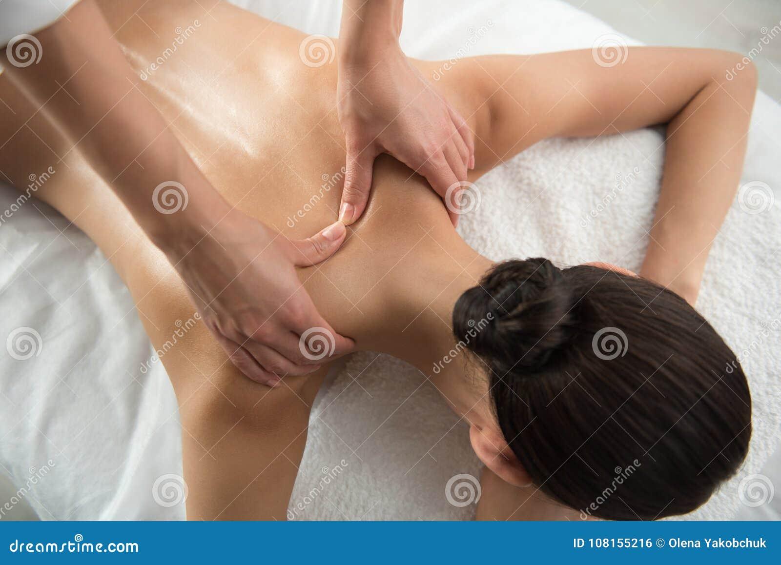 Beautician ręki przechodzi z powrotem masażu traktowanie