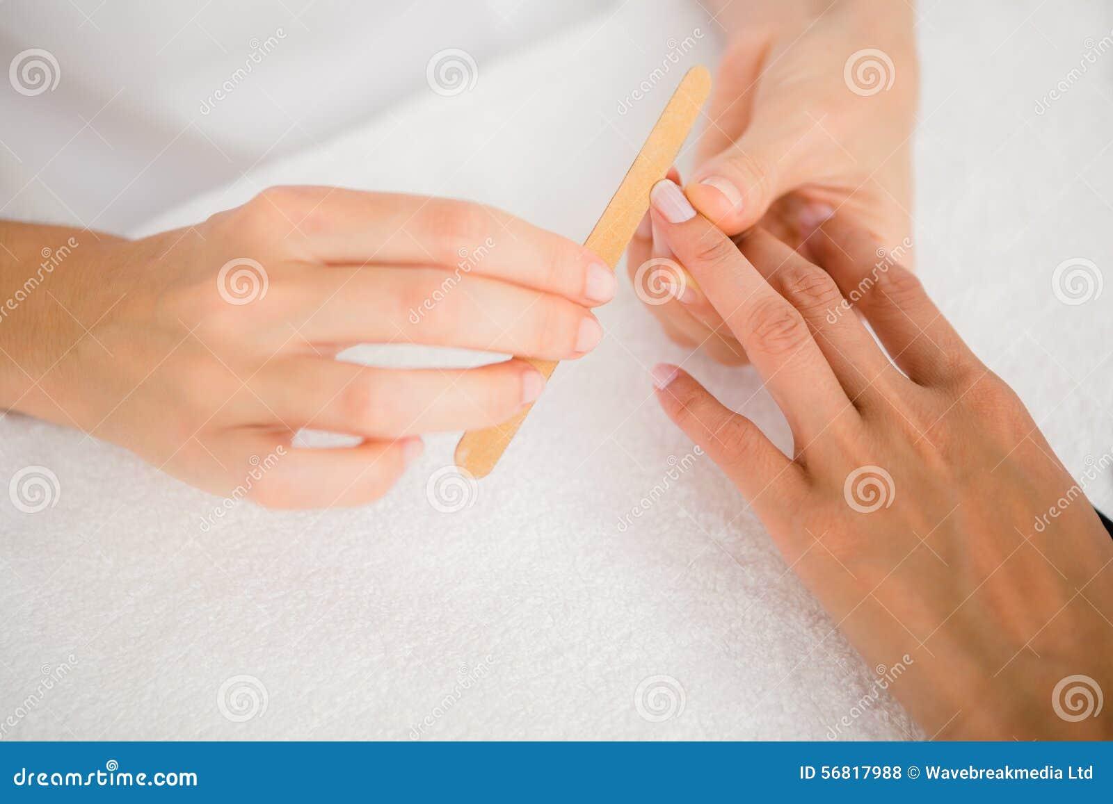 Beautician segregowania klientów żeńscy gwoździe przy zdroju piękna salonem