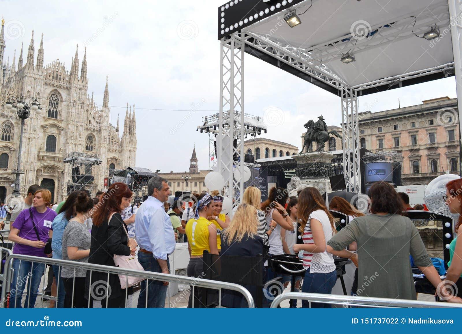 "Beauticians που λαμβάνει το σύνολο ""Brosway ""φωτογραφιών πελατών δωρεάν υπαίθρια στην πλατεία του Μιλάνου Duomo"