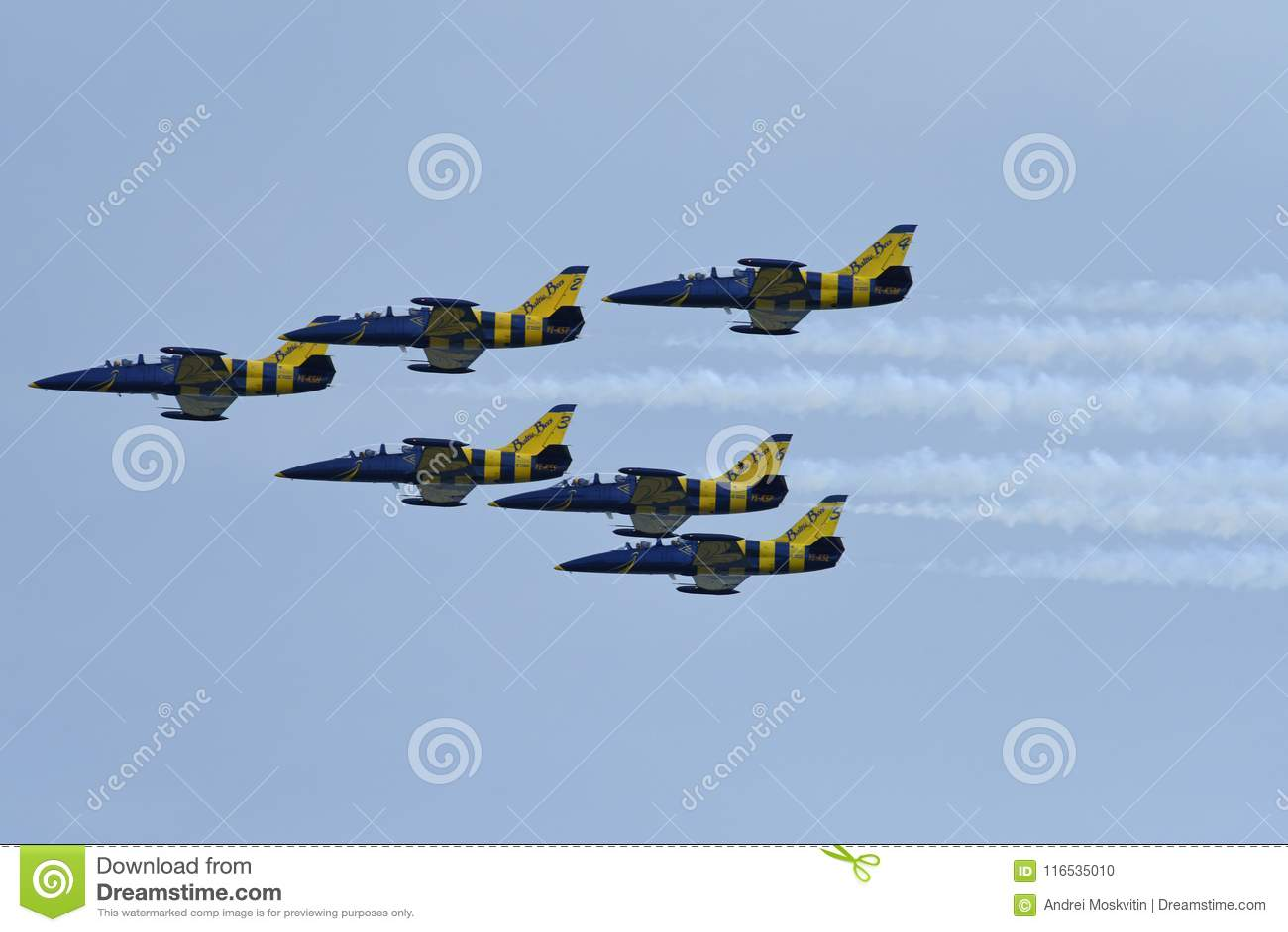 BeautifBeautiful vliegende aircraftul vliegende vliegtuigen