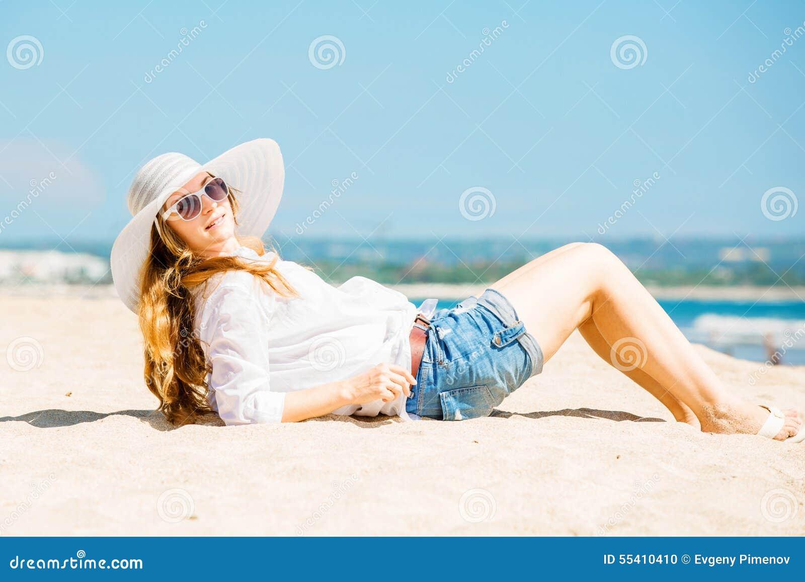 �y�b9il�(�_说谎在海滩的beautifil少妇在晴朗