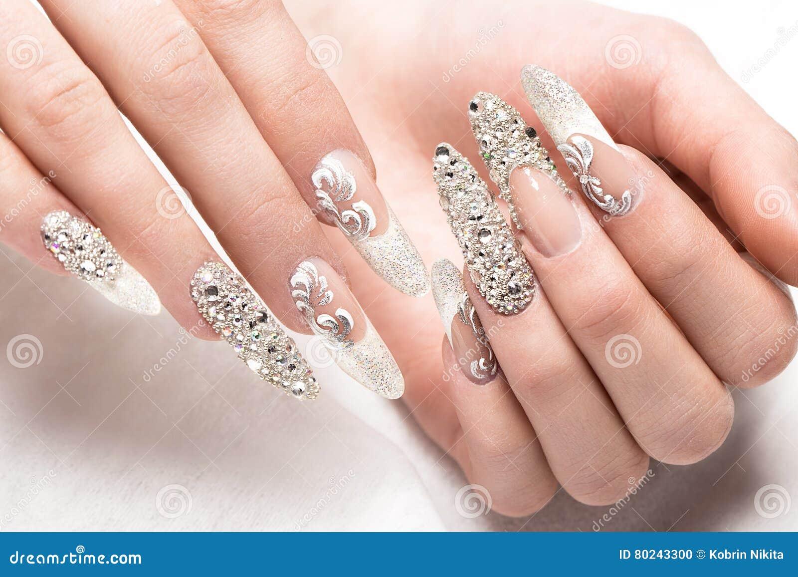 Beautifil bröllopmanikyr för bruden i försiktiga signaler med bergkristallen Spika designen Närbild