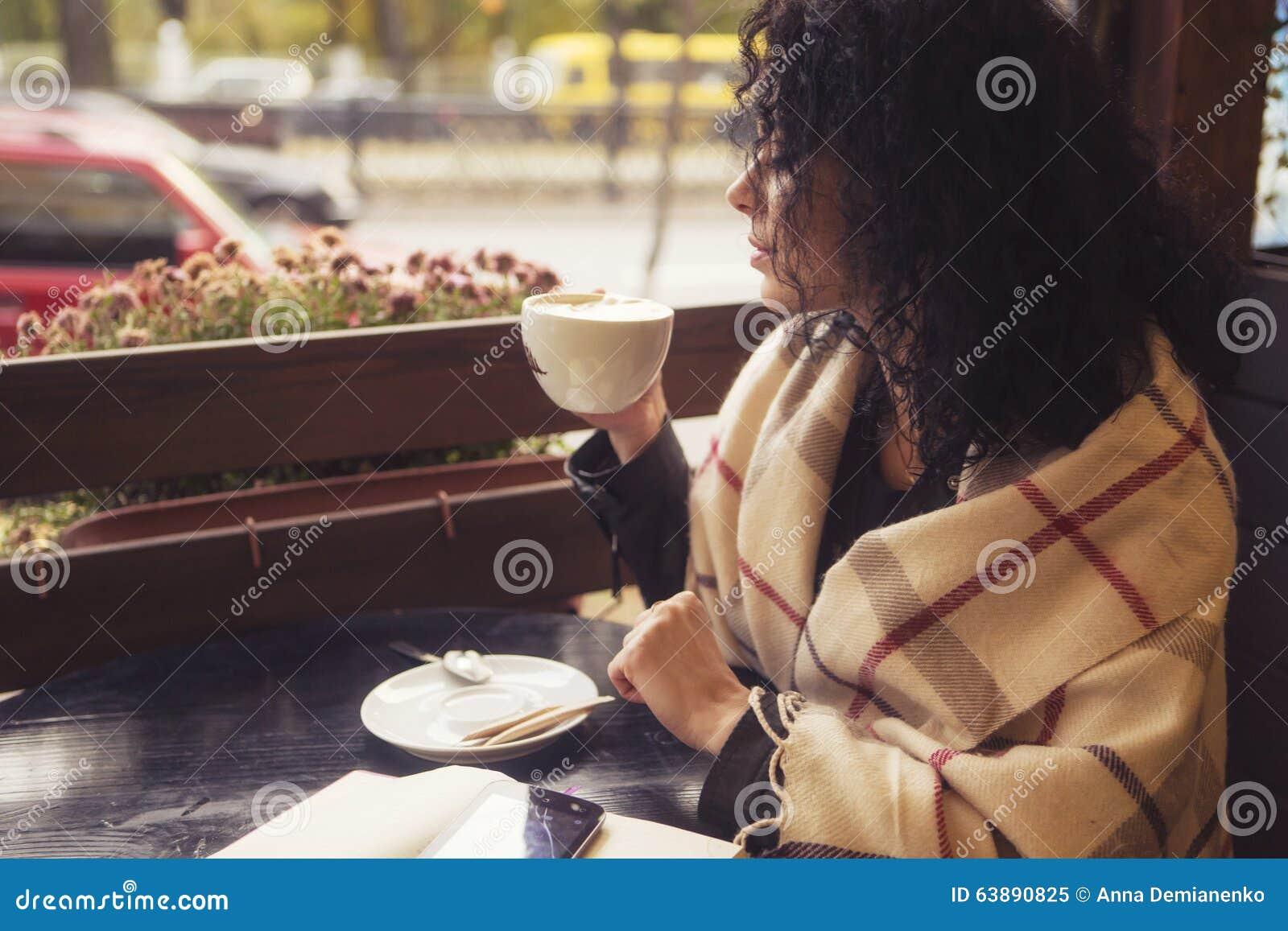 Beautifil brunetki caucasian kobieta w skórzanej kurtce s i szkockiej kracie