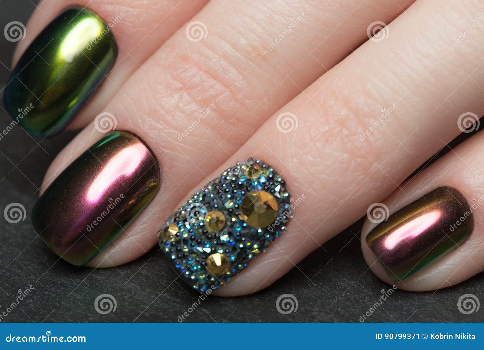 Beautifil färgrik manikyr med bergkristallen Spika designen Närbild