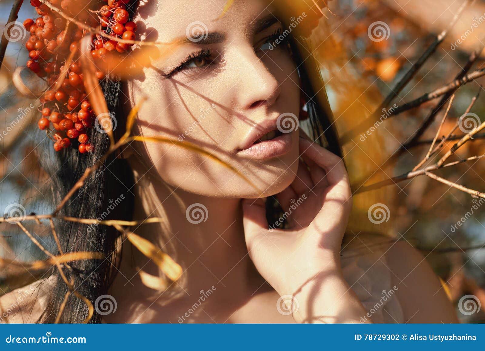 Beautifu flicka med röda bär för höst