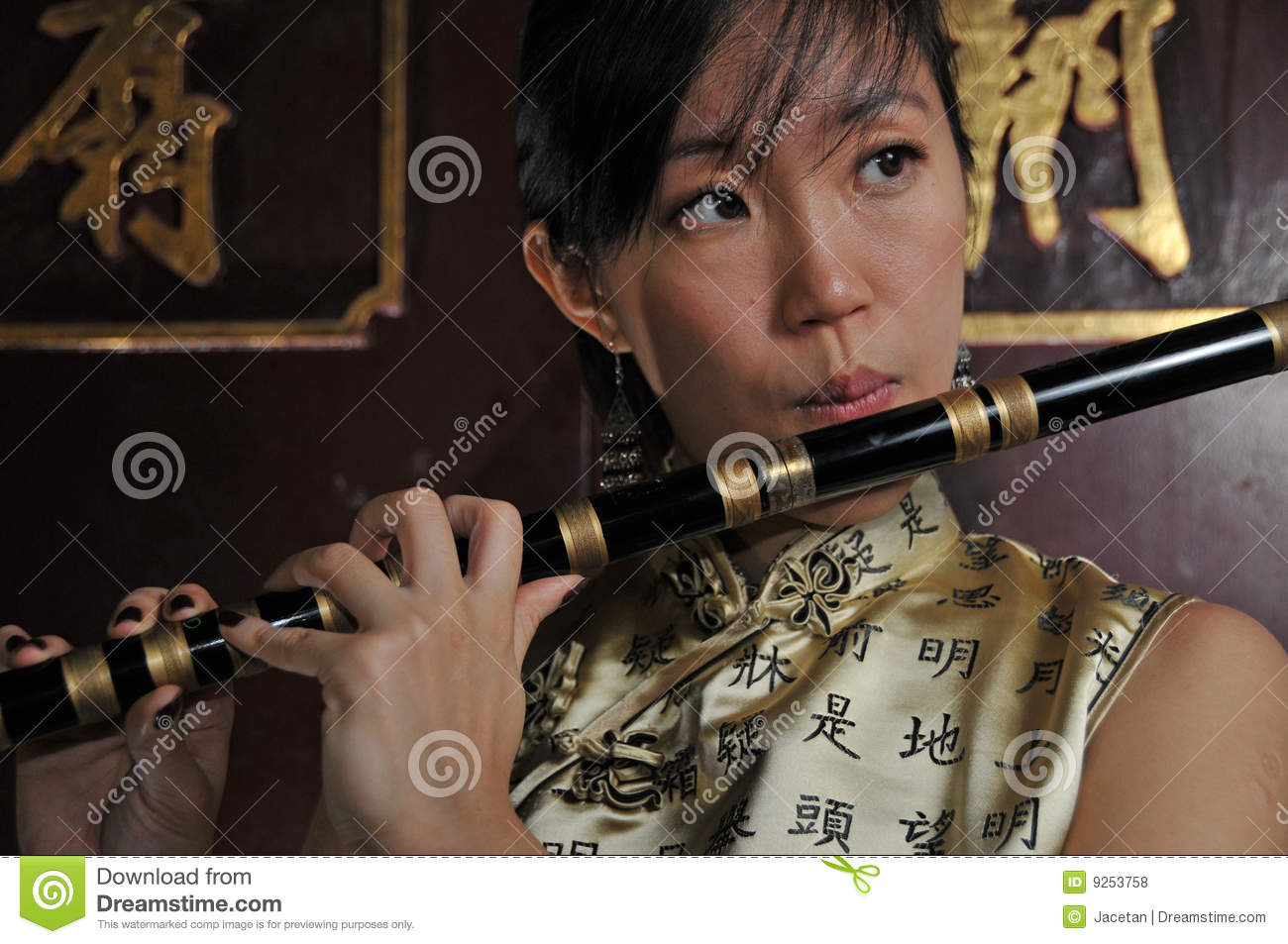 Mature asian lady playing the skin flute