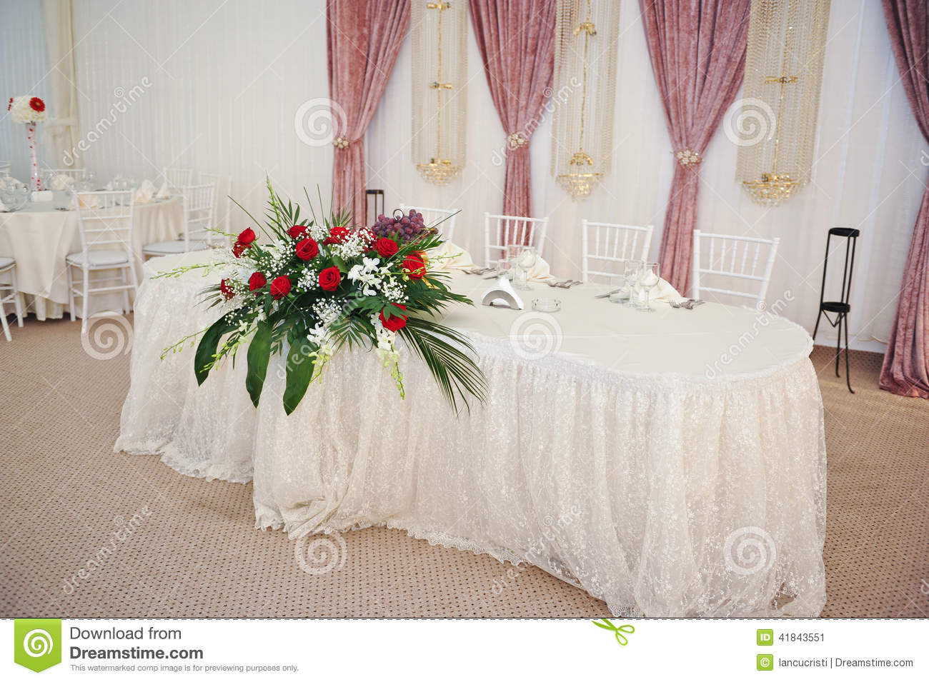 beautiful bouquet of rose flowers on table wedding. Black Bedroom Furniture Sets. Home Design Ideas