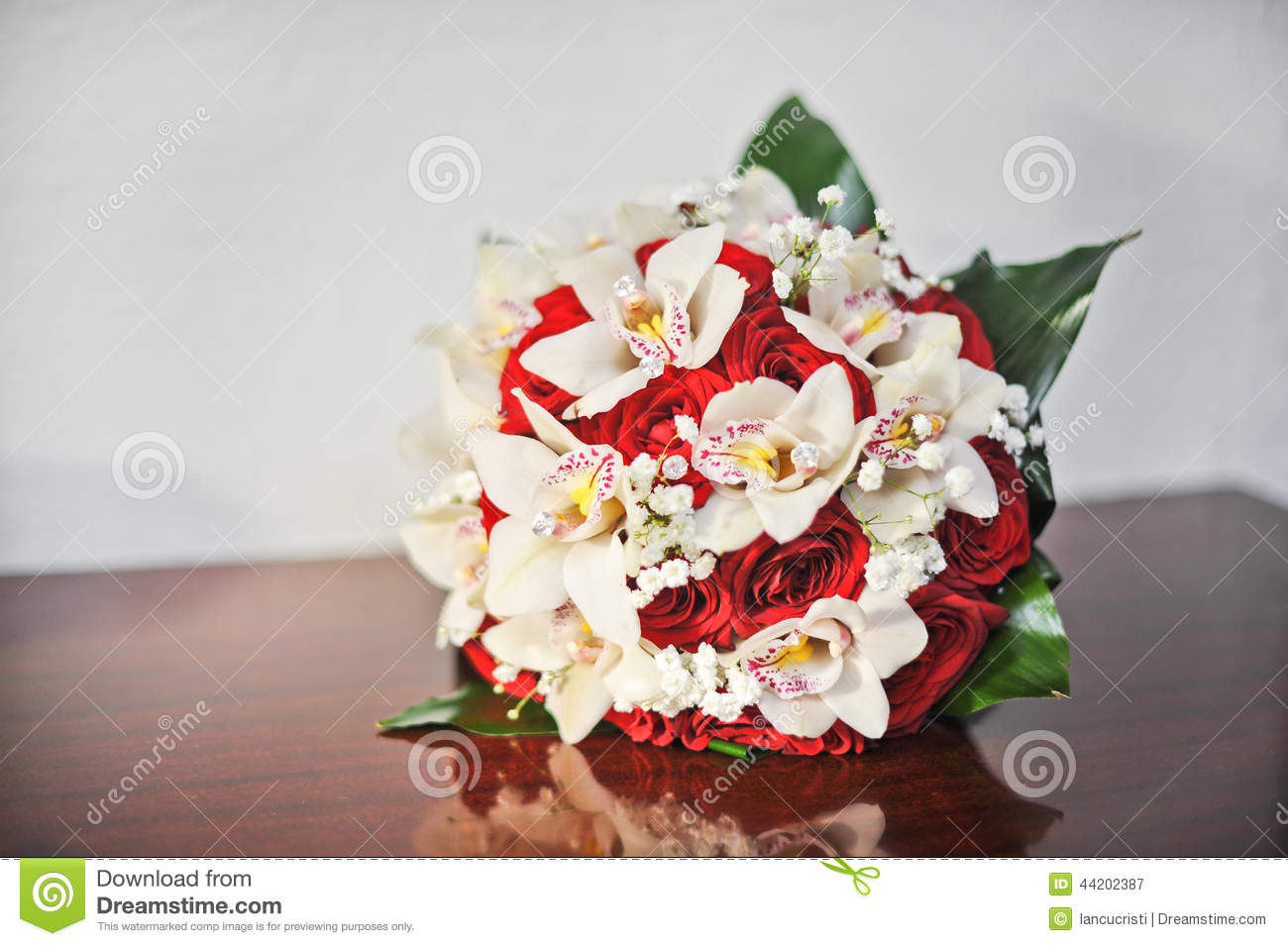 red roses on table royalty free stock image. Black Bedroom Furniture Sets. Home Design Ideas